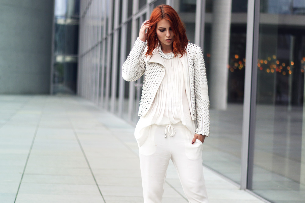white outfit fashion blogger street style weiss komplett sly berlin sly010 mode air optix farbige blaue kontaktlinsen