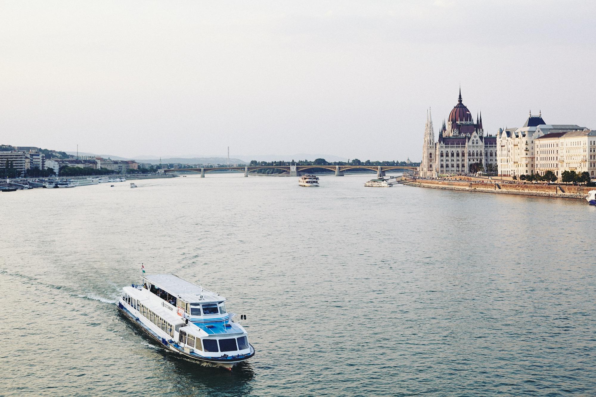 maxmotel_budapest_aug2015_day02_14_danube_bridge_1364