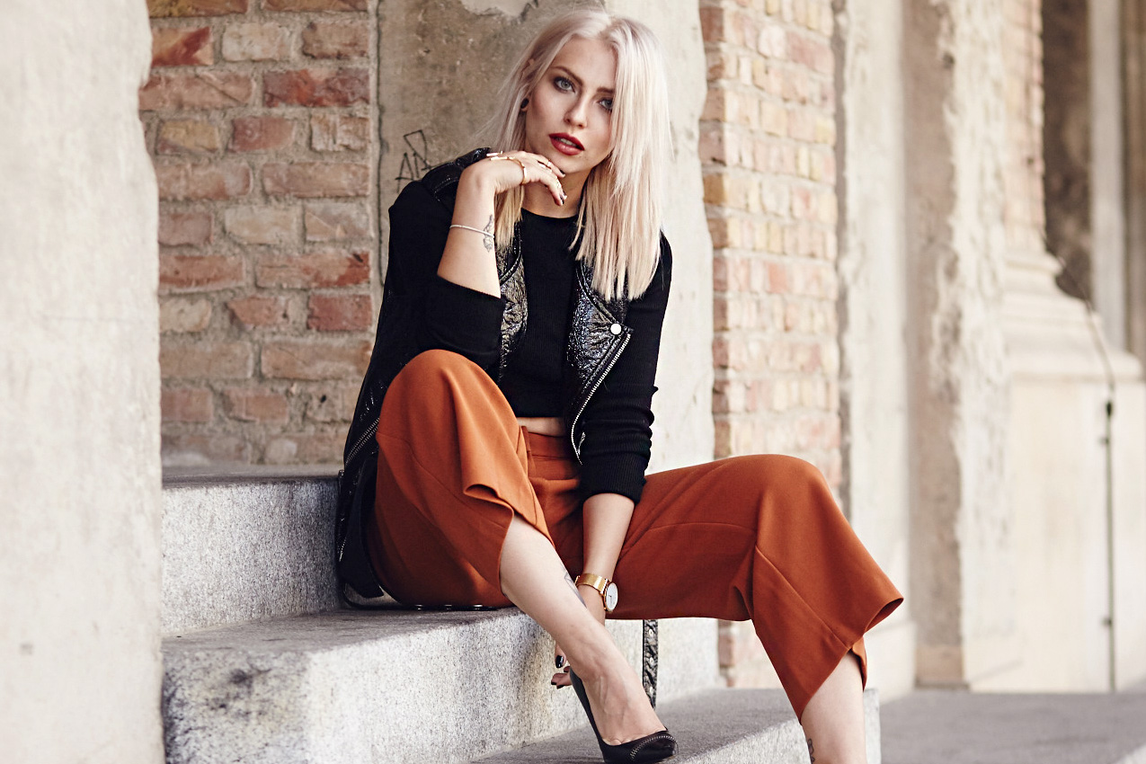 Street style from Berlin | Masha Sedgwick is wearing a brown culotte, a black vest and a cropped shirt