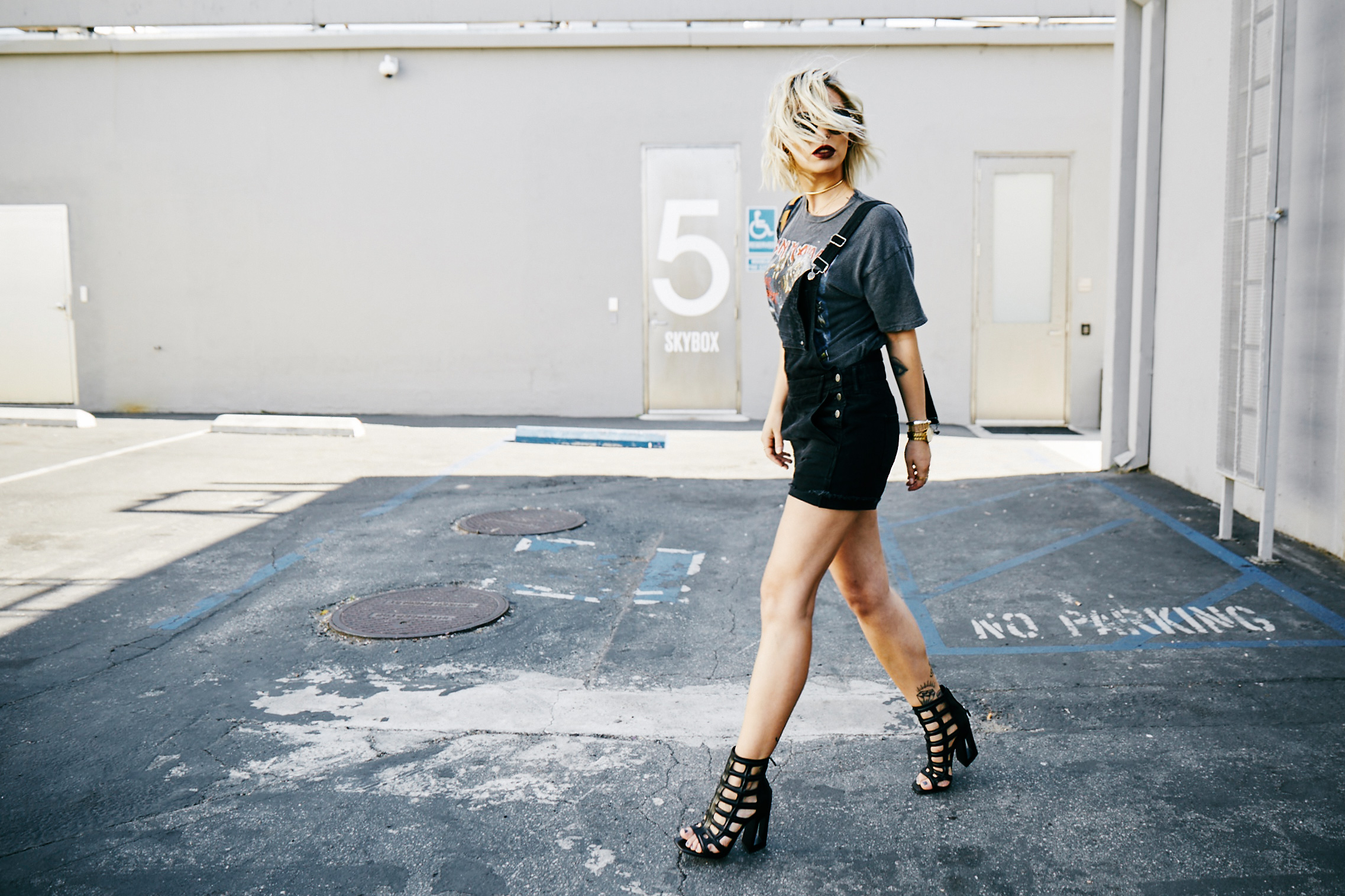 Smashbox Studios | outfit | grunge | wearing short black dungarees from Madewell, edgy sandals from Vic Matie | Rock'n Roll style | fashion Los Angeles