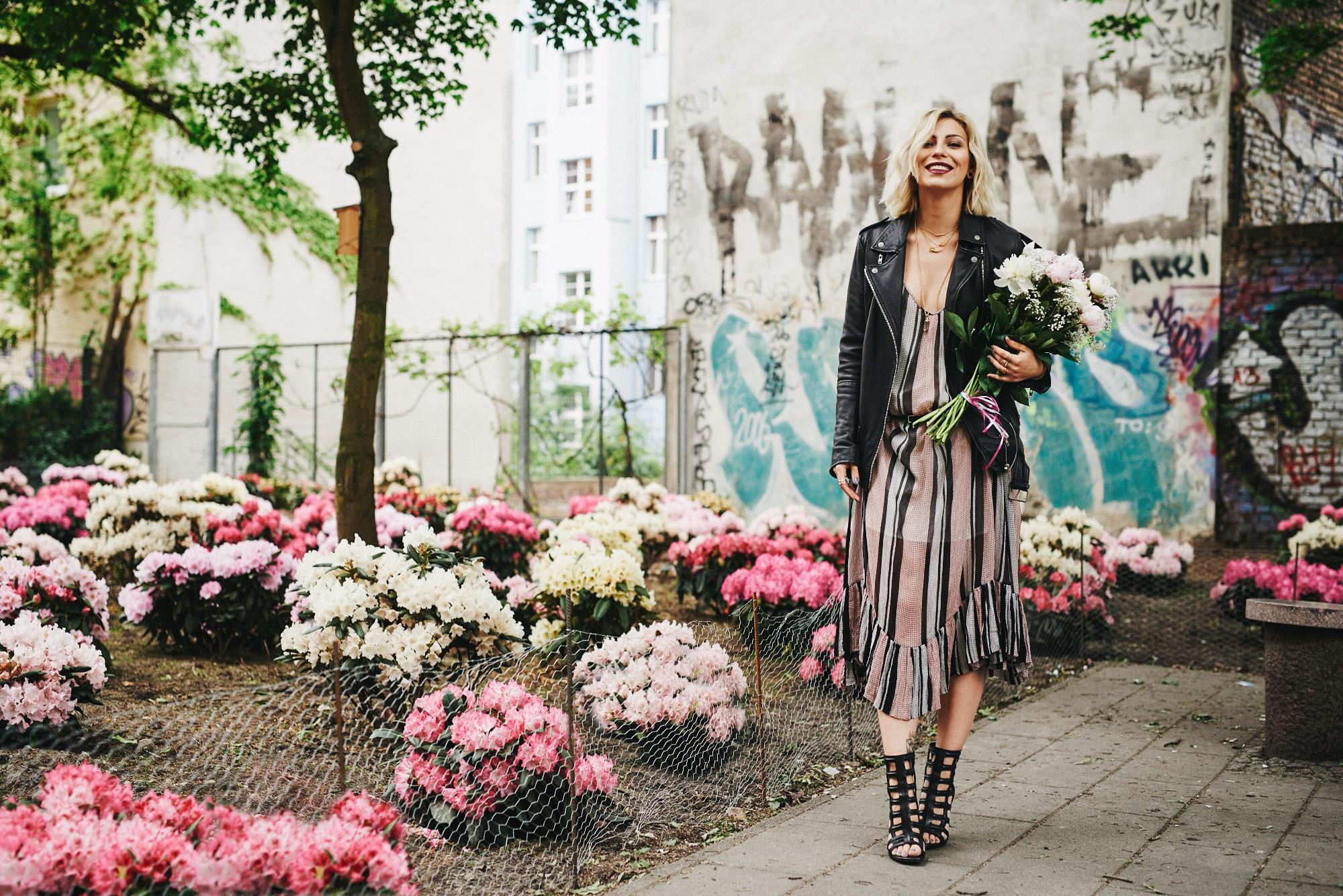 Toll was Blumen machen | Pfingstrose | Peonies | view more pictures and details on my blog | wearing a pink long dress from Baum und Pferdgarten | Weinbergspark | Flower Market Berlin