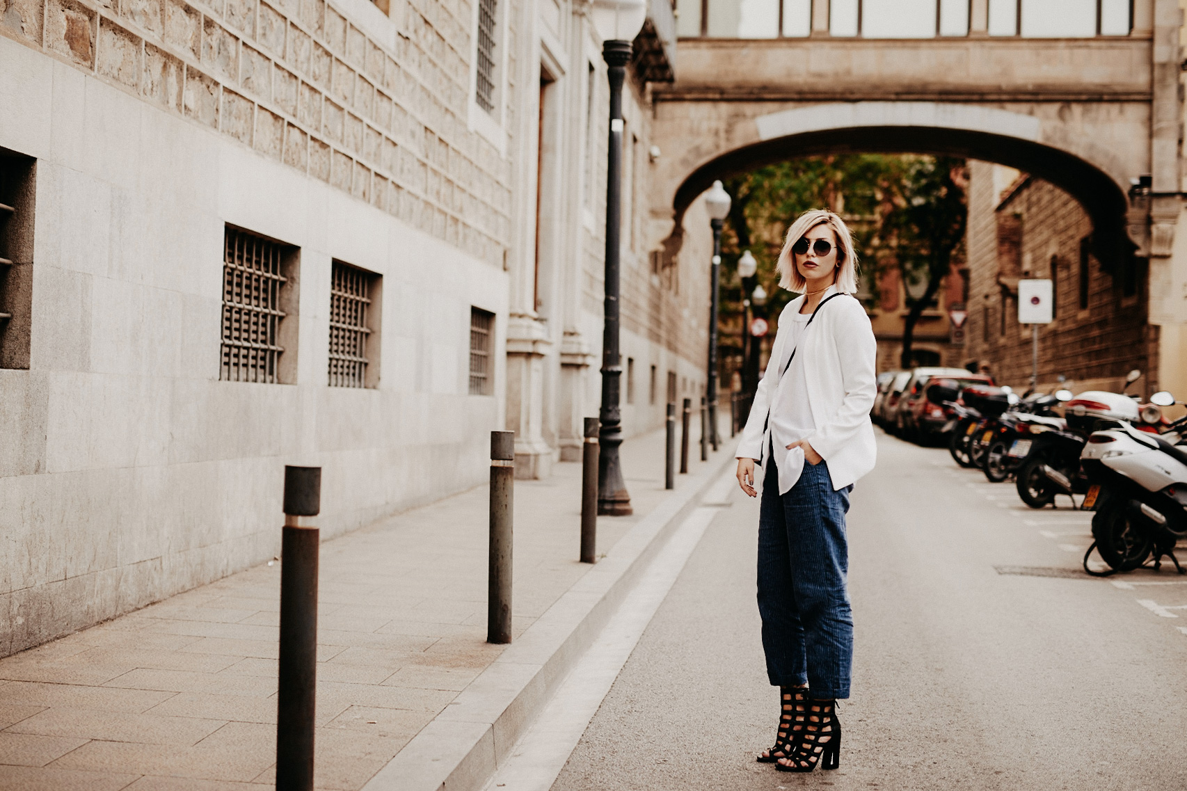 Outfit shooting in Barcelona | casual style wearing: off-shoulder shirt, Mom Jeans, Fendi 3Baguette and edgy heels | fashion blogger
