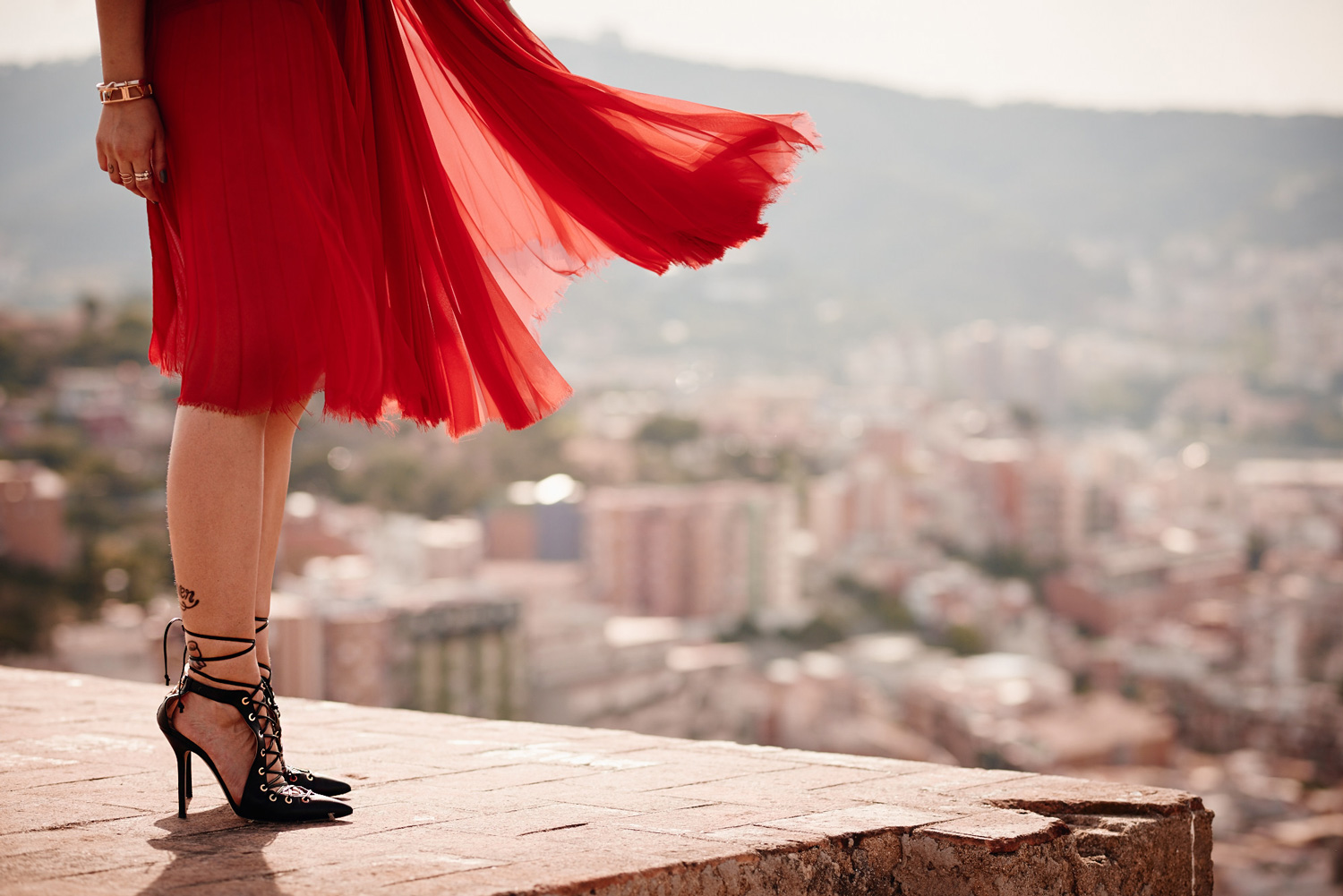the lady in red | editorial fashion shooting in Barcelona with a view | red carpet dress from Dawid Tomaszewski and lace up heels from Elisabetta Franchi | style blogger Masha Sedgwick from Germany