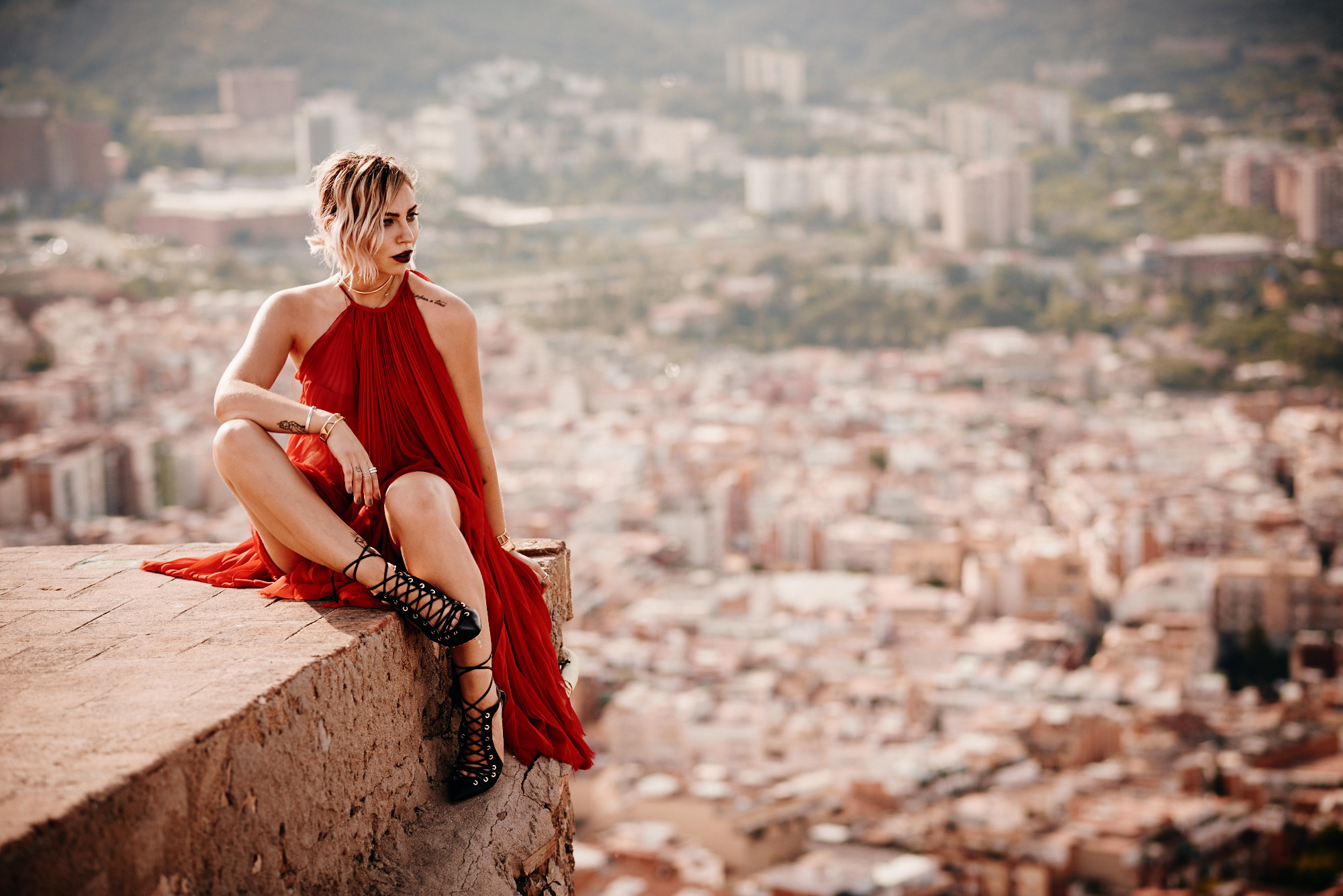 the lady in red | editorial fashion shooting in Barcelona with a view | red carpet dress from Dawid Tomaszewski and lace up heels from Elisabetta Franchi | style blogger Masha Sedgwick from Germany sitting on a roof top