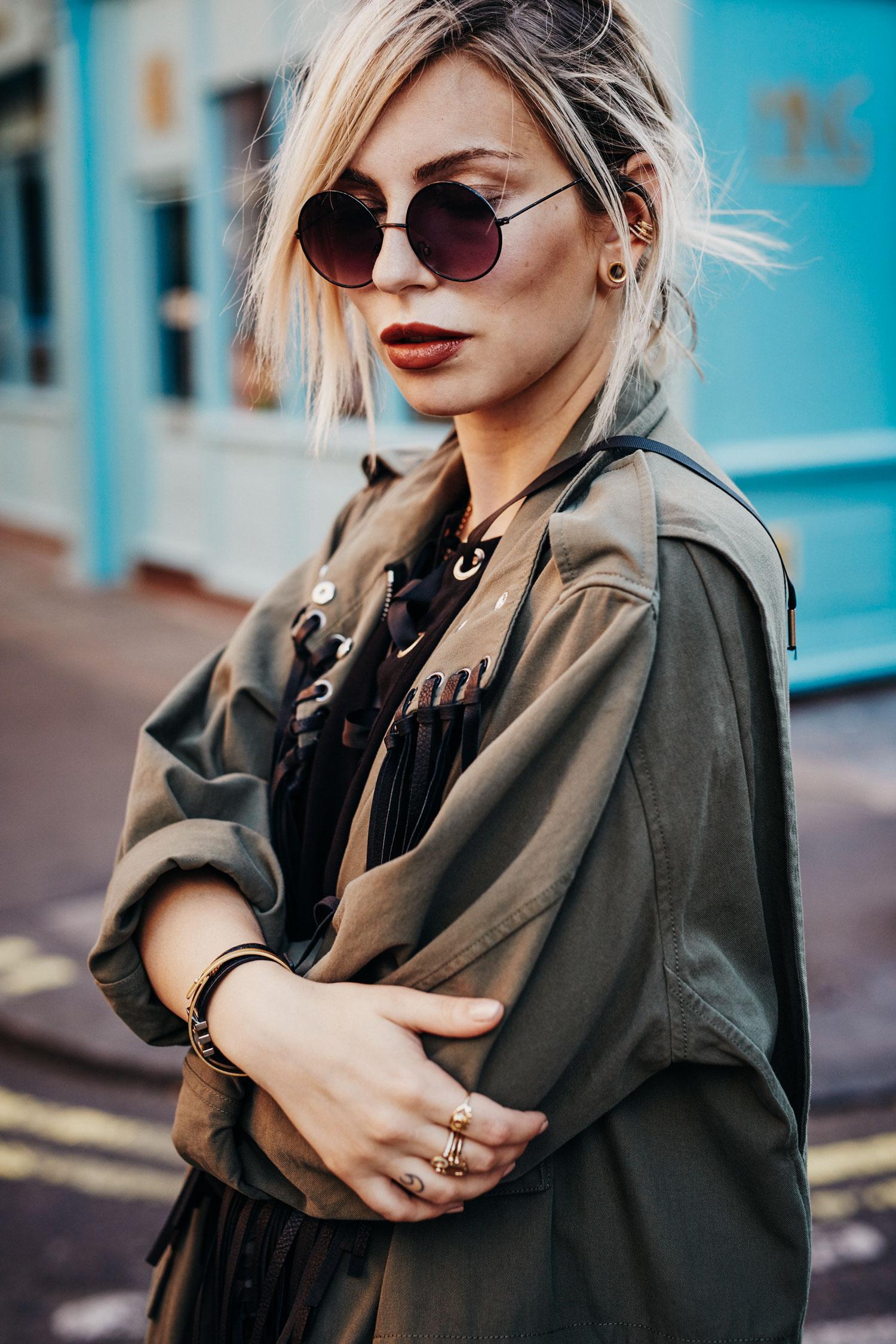 Куртка с бахромой | местоположение: Лондон| бренды: куртка на меху от Alexander Wang, туфли с бахромой от Jimmy Choo, маленькая сумка от Sonia Rykiel | стиль: 70-е, бохо, острый, хиппи