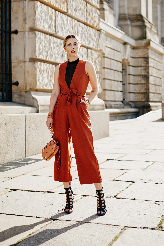 Как носить: глубокое декольте | носить: коричневый спортивный костюм от Asos, прозрачное боди, острые высокие каблуки, Marina Hoermannseder маленькая сумка | style: острый, сексуальный, горячий