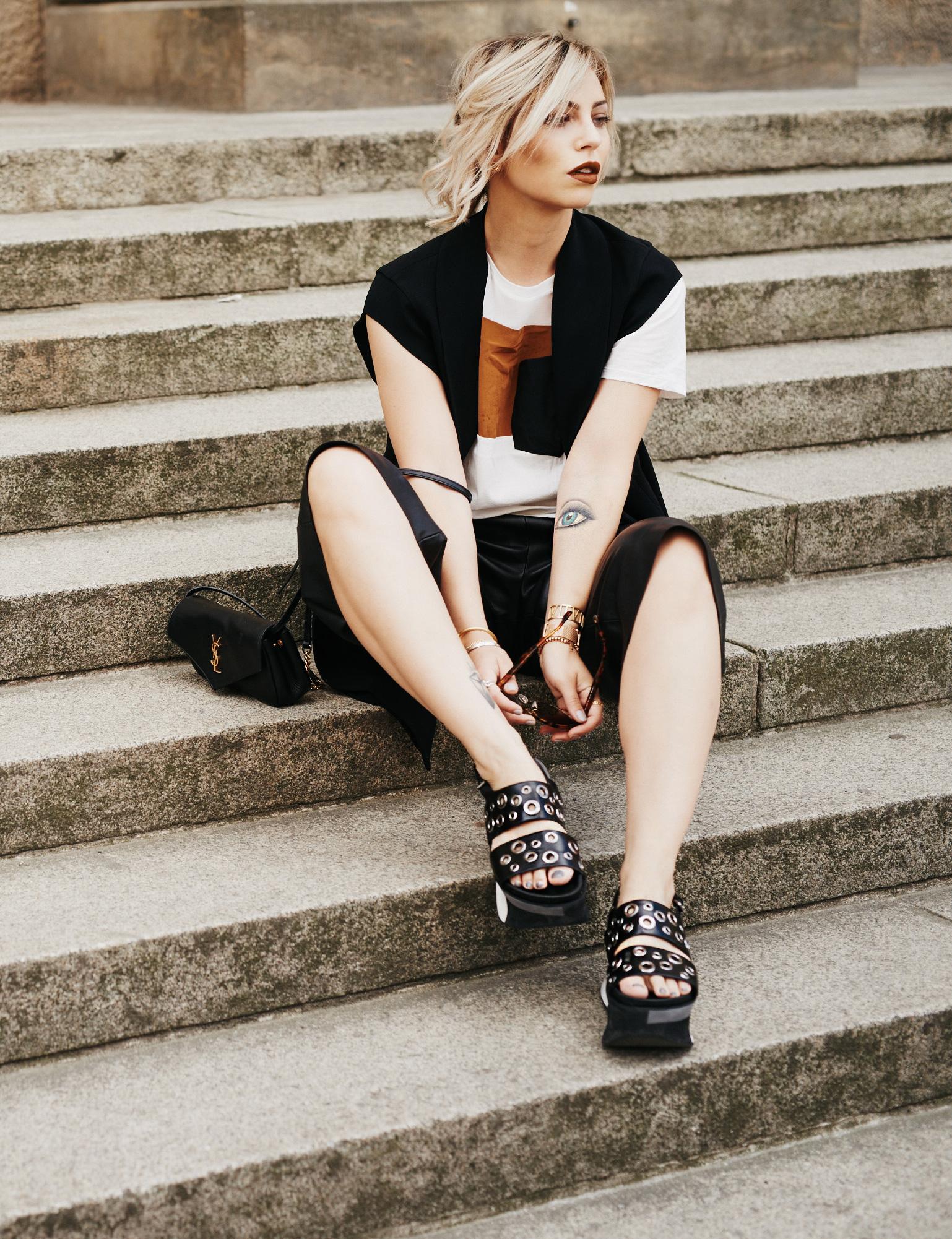дневник повседневного стиля | цвета: цвет коньяка, черный, белый | кожаная юбка-брюки: Alexander Wang | рубашка: Sandro | сандалии на платформе: Laurel