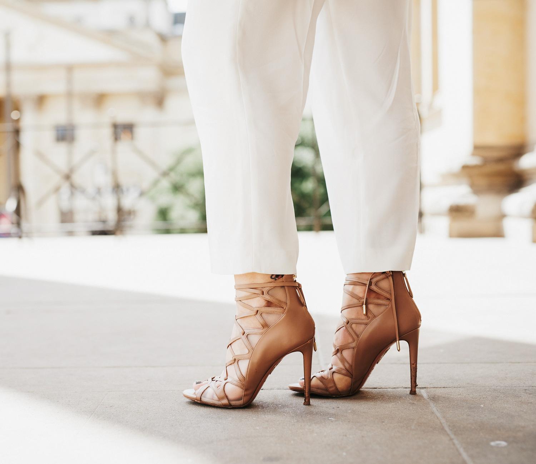 Как объединить пастельные цвета | стиль: мягкий, женственный | местоположение: Берлин, Gendarmenmarkt | ищи больше образов в моем блоге | лейблы: серый блейзер от Max&Co, мятный топ от Stella McCartney, белая юбка-брюки от Hugo Boss, светло-серая сумку от Jil Sander