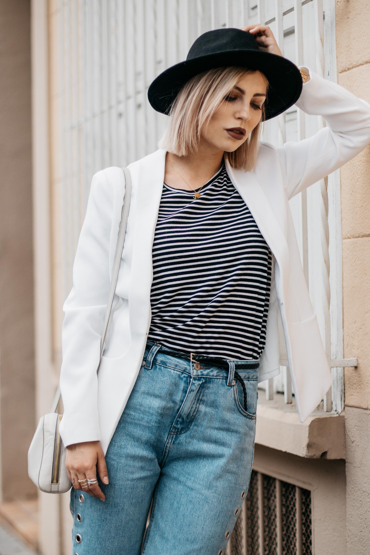 Как носить: Mom Jeans | labels: pull&bear (jeans), Kala Berlin (white blazer), sandals (vic matie) | style: basic, effortless, chic | fashion | location: perpignan