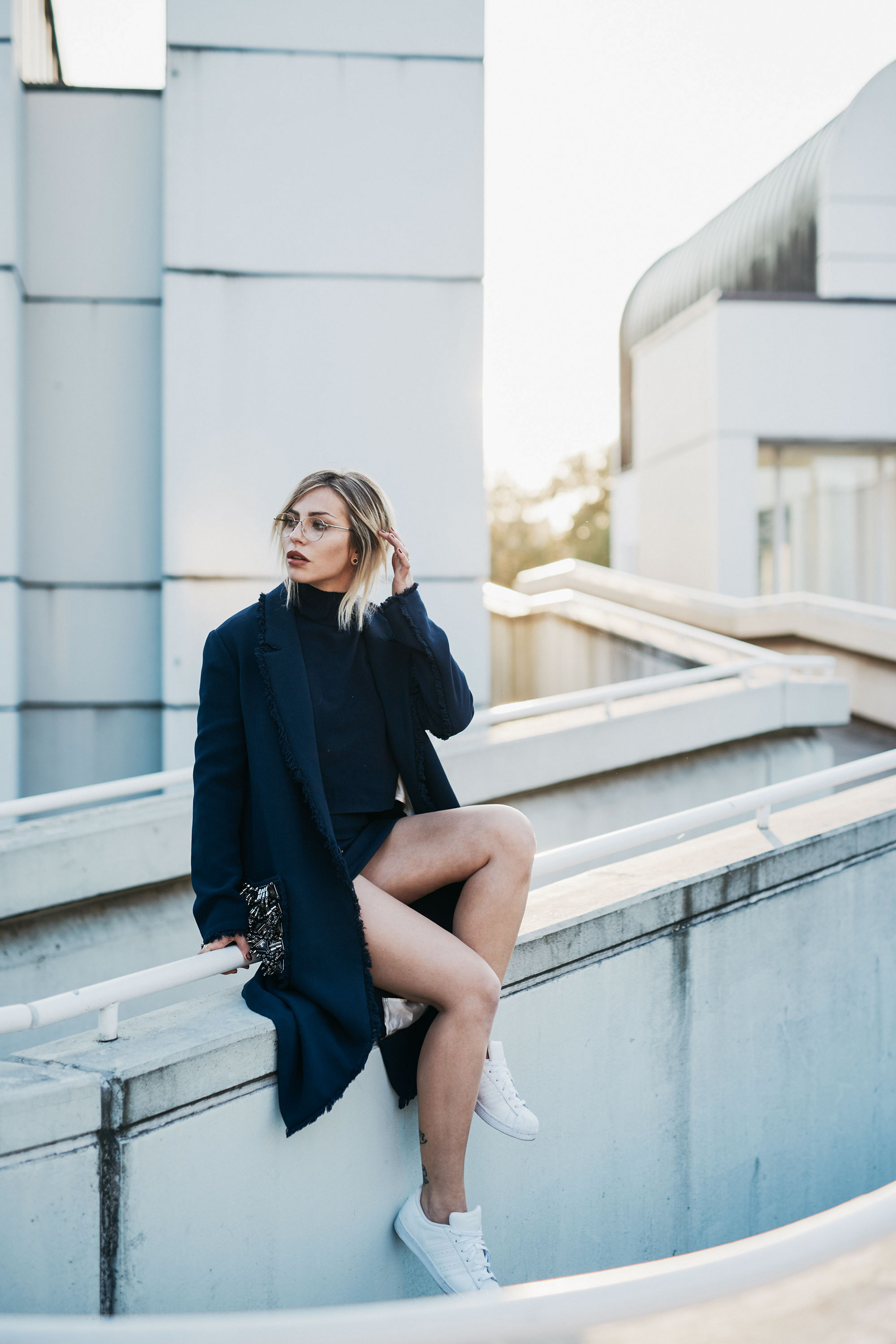 outfit in blue | blue, studded coat from Malene Birger AW16, fluffy fake fur bag from Karl Lagerfeld in dark blue | style: casual, chic, sexy | fashion