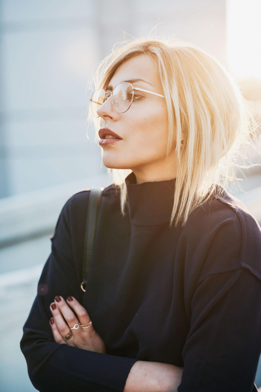 образ в синем| синий, пальто от Malene Birger AW16, пушистая сумка из искусственного меха от Karl Lagerfeld в темно-синем | стиль: повседневный, горячий, сексуальный| мода | местоположение: Bauhaus Atelier музей в Берлине