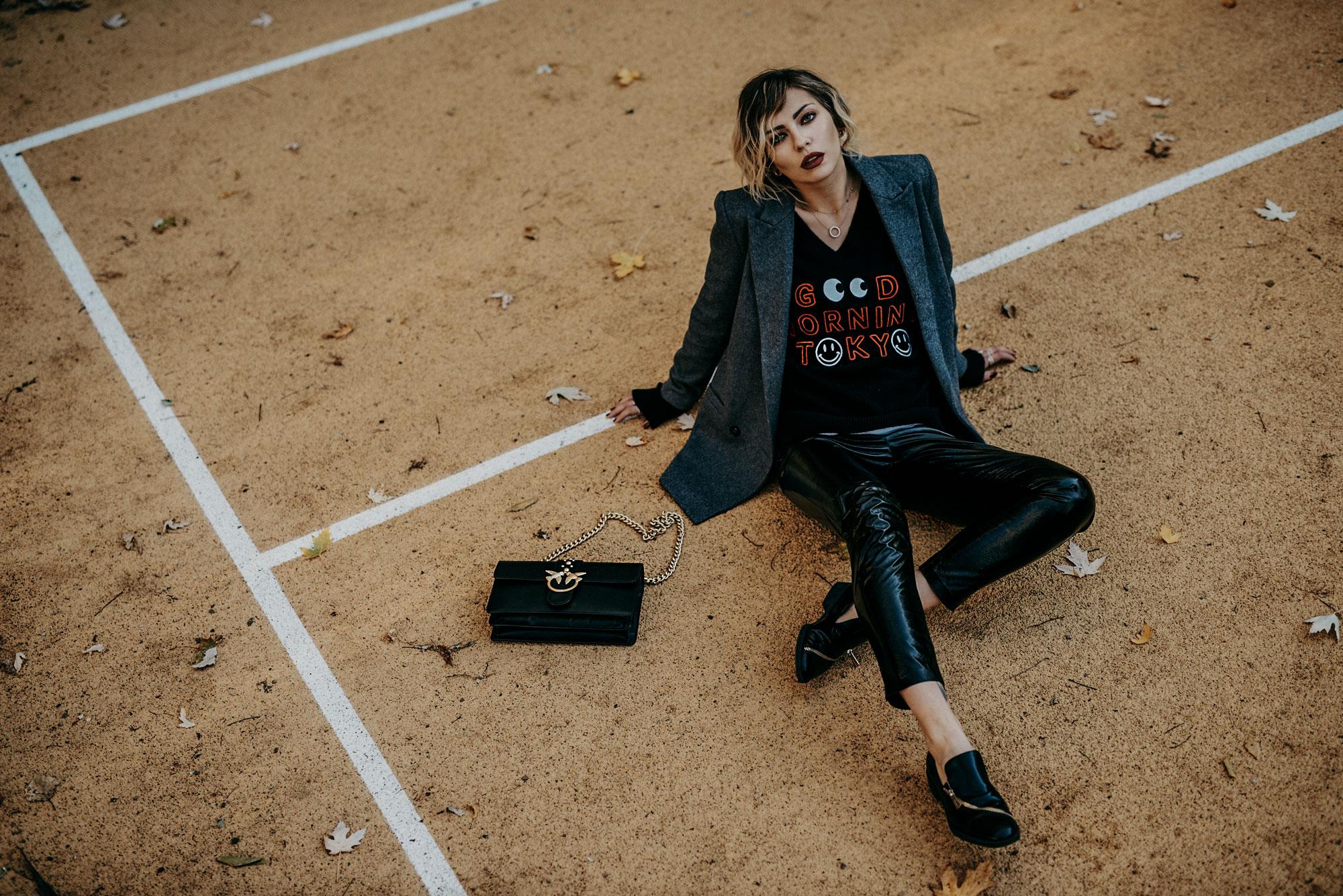 Gelber Spielplatz Berlin, Kreuzberg | образ: черные латексные штаны от Zara, черная сумка Pinko, кашемир Lauren Moshi | стиль: броский, черный, гранжевый, художественный, винил
