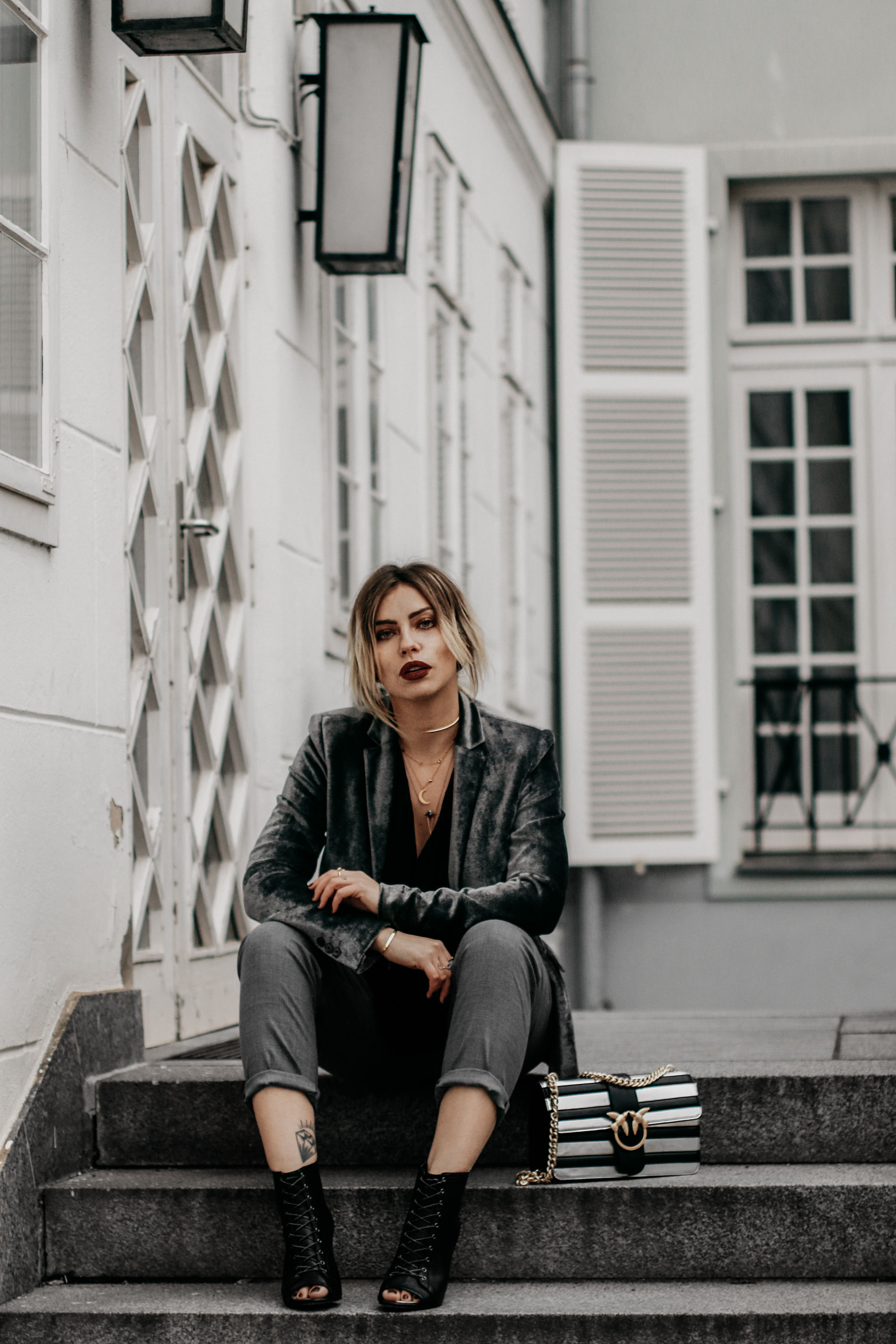 How to: the perfect festive dinner style   style: glamorous, festive, grey, location: Berlin