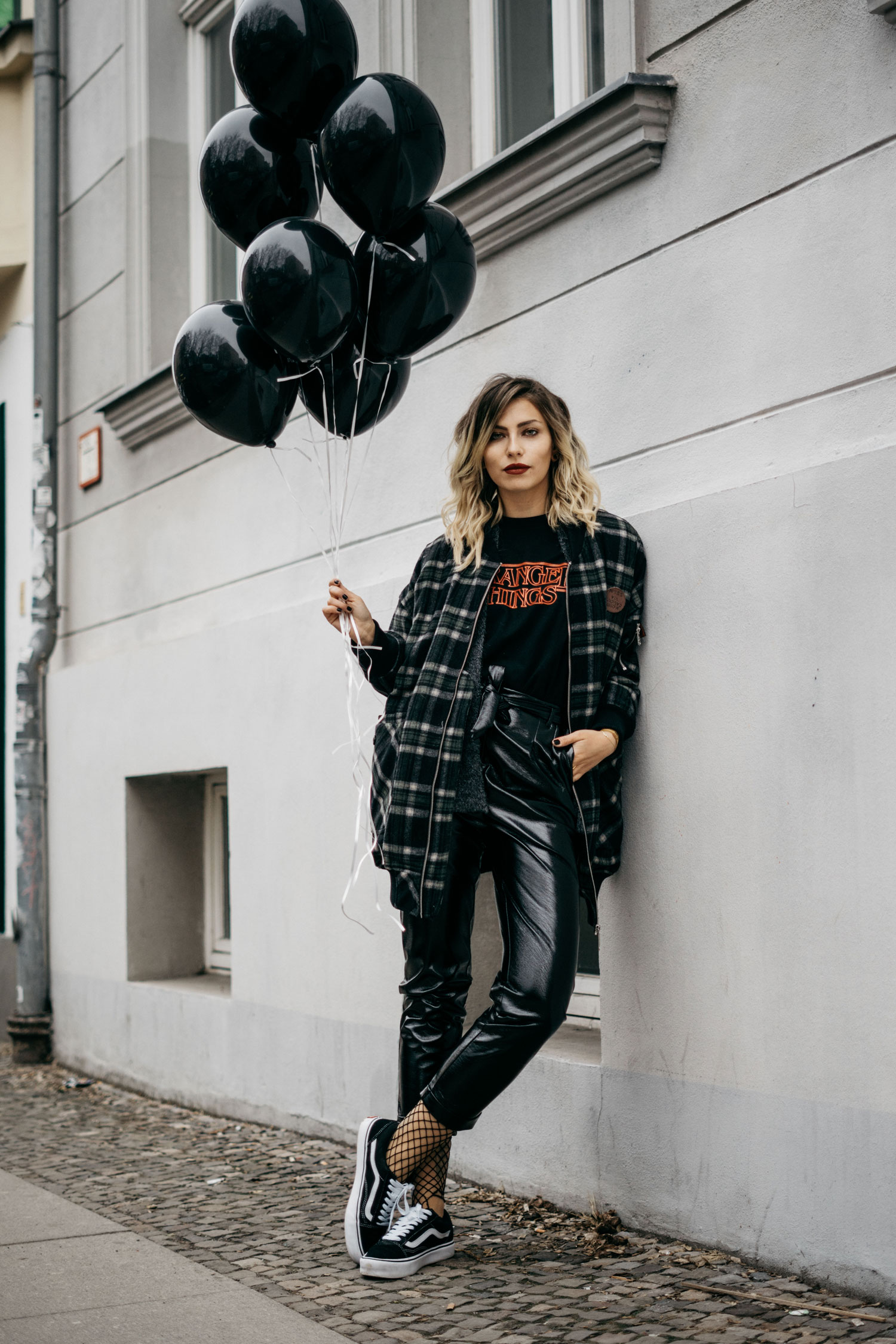Street style outfit in Berlin | edgy, cool, black, winter | stranger things