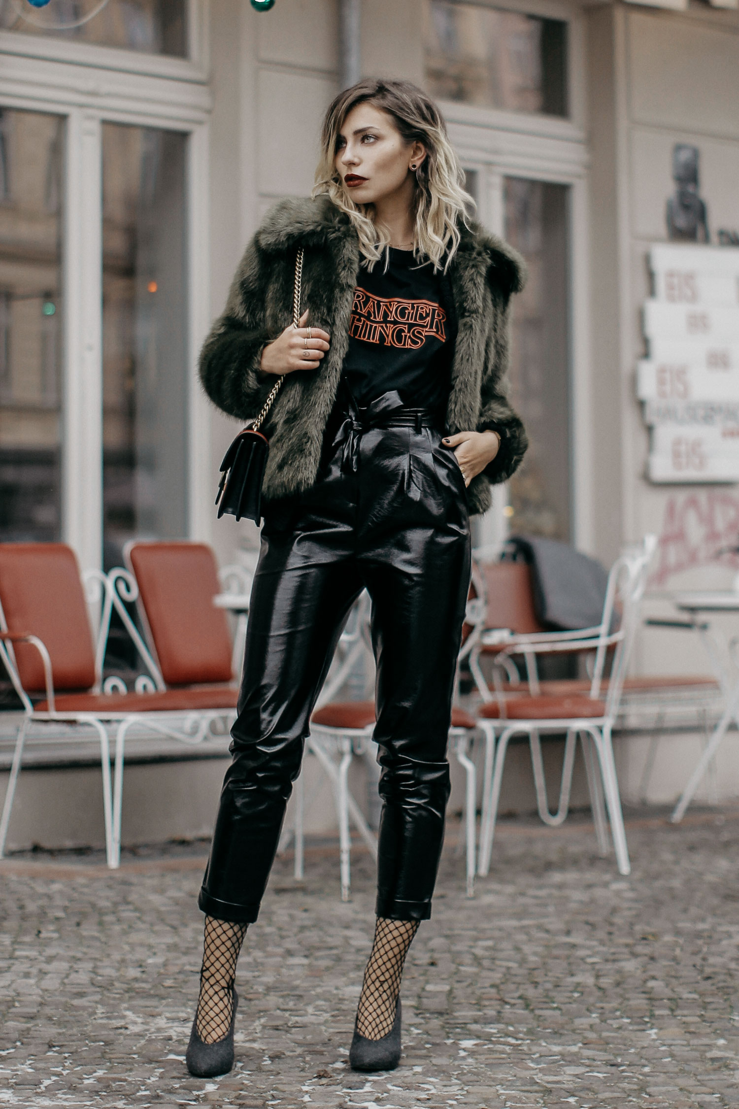 Fashion Week styling | location: Berlin | labels: Topshop, Pinko | Wie kombiniere ich ein Stranger Things Logo shirt und eine Lackhose
