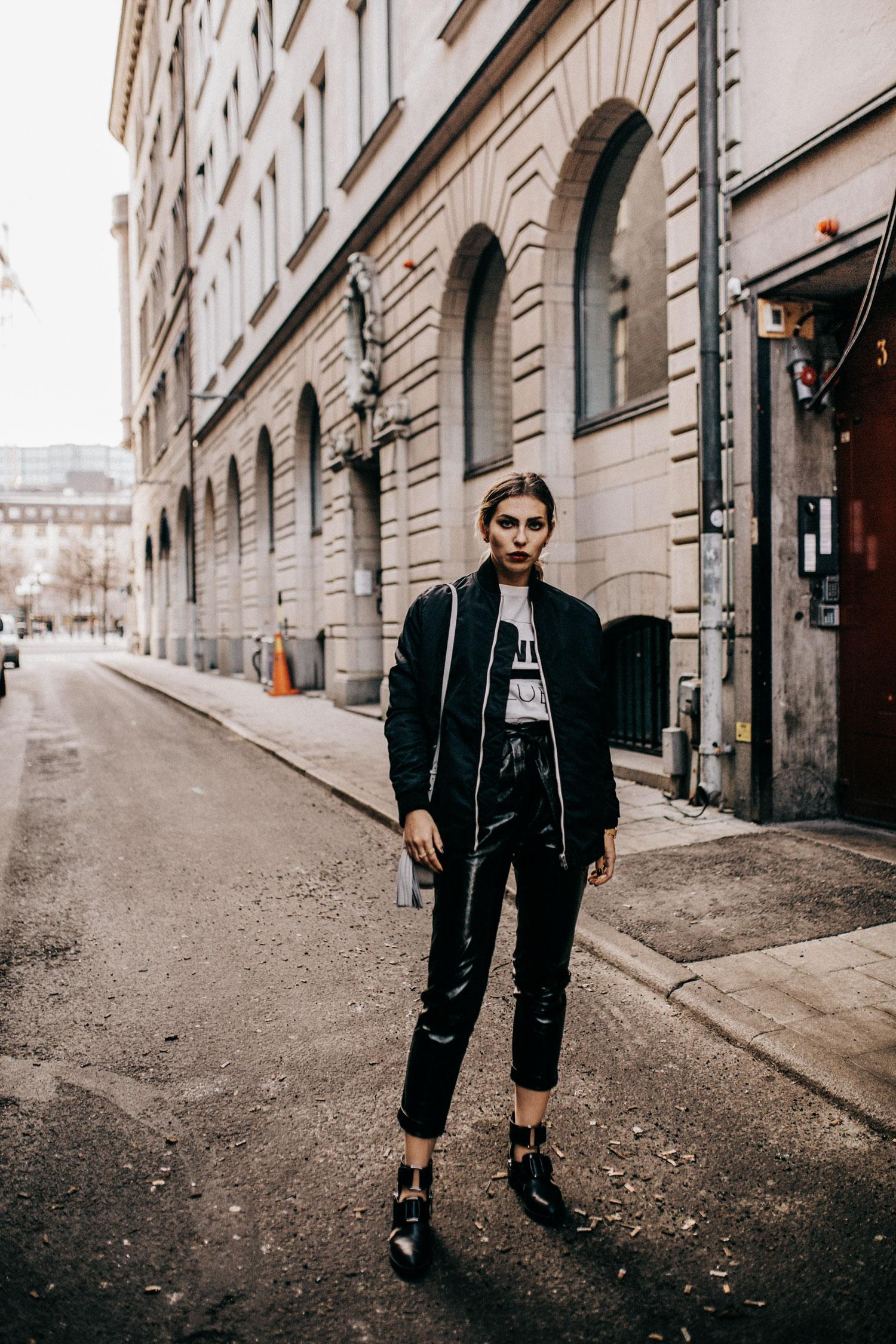 Стокгольм, уличный стиль, Street Style, виниловые штаны от Topshop, черный бомпер Hope and boots от 3.1 Phillip Lim, стиль: острый, черный, спортивный, Берлин