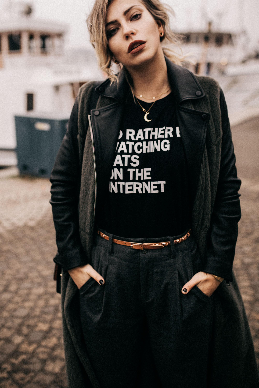 Уличный стиль в Стокгольме | одежда: Nobi Talai, рубашка, бронзовые туфли от Jimmy Choo | образ осень-зима