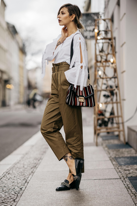 Уличный стиль в Берлине | мода и образ | легкий шик, спортивный, изящный, деловой, прохладный, серый свитер, сумка от Karl Lagerfeld