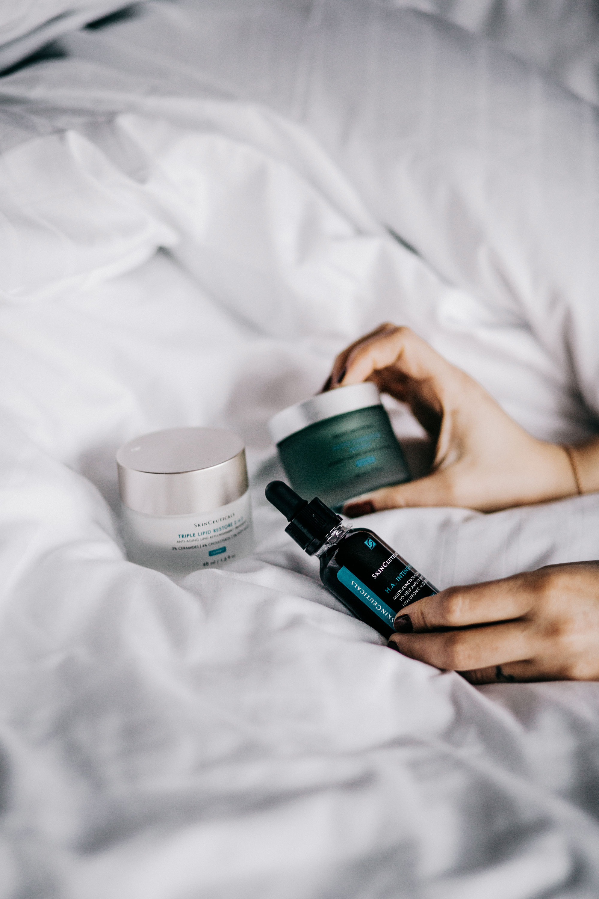 Review: Skinceuticals H.A. Intensifier Anti Aging Serum | editorial shooting style: hotel bed, natural, simple, white, beauty