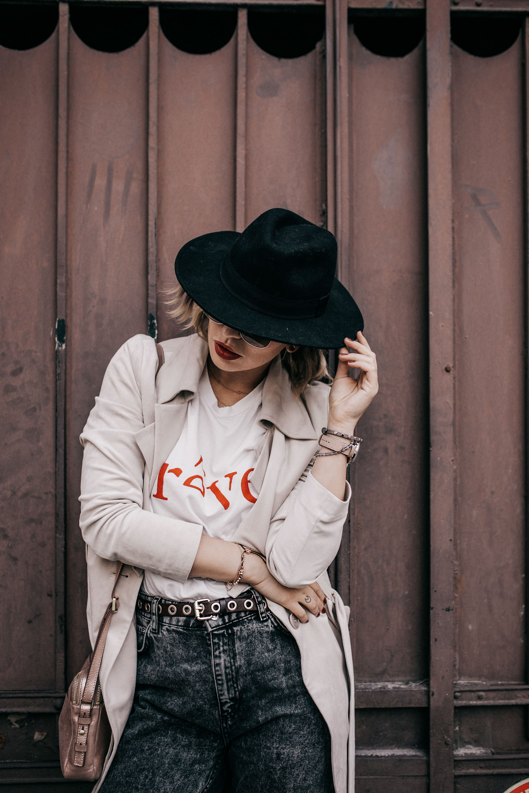 Street Style in France | style: effortless, simple, french, nude tones, spring, edgy, cool | wearing a shirt (reve), mom jeans, a trench coat and my Fossil Hybrid Smartwatch