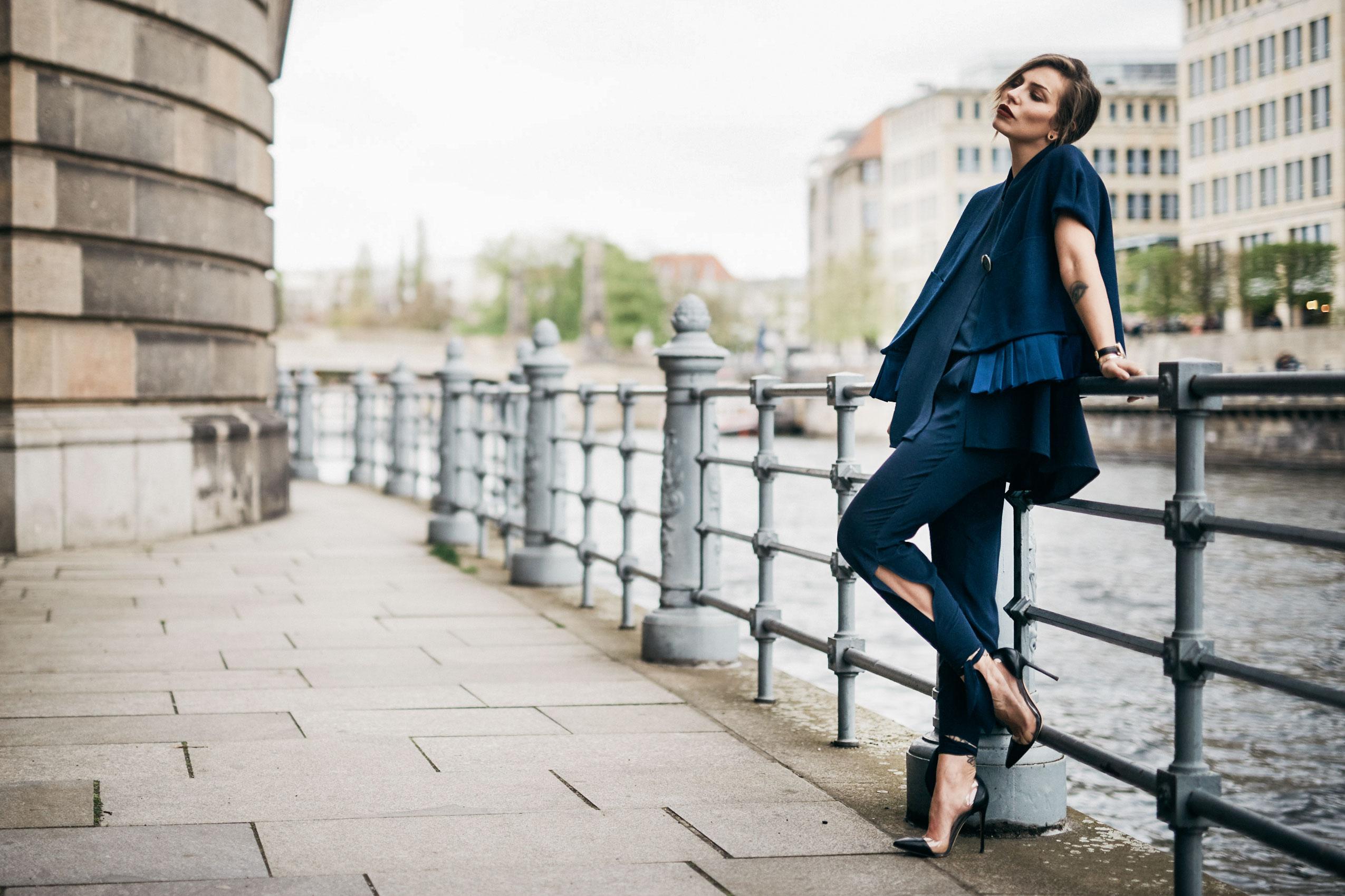 Masha Sedgwick, German newcomer Designer Nobi Talai, How to do layering, Berlin, Outfit, Fashion, style: feminine, oversized, dark blue, silk, layers, arab, nomad