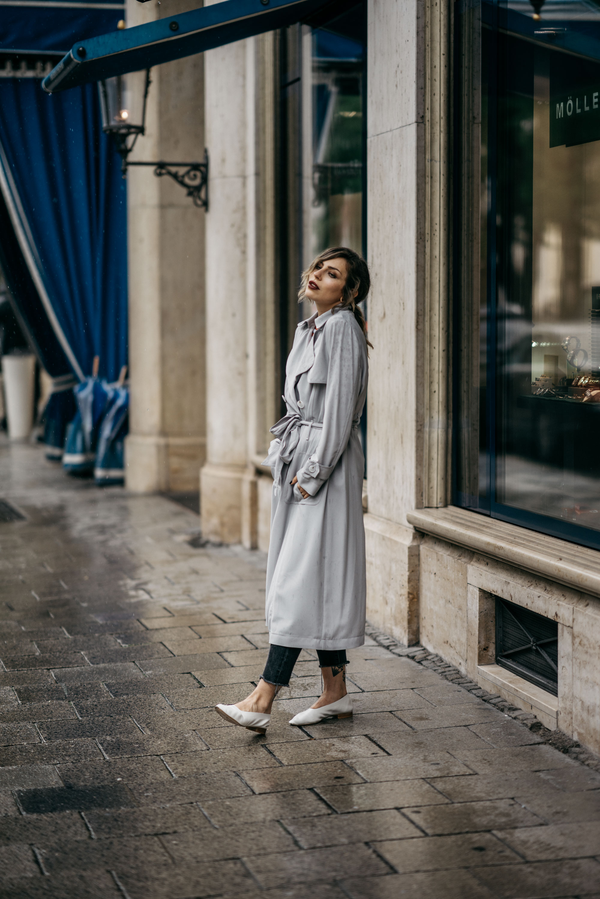 outfit with a grey coat from Laurel in front of the hotel  Bayerischen Hof | style: classy, chic, french