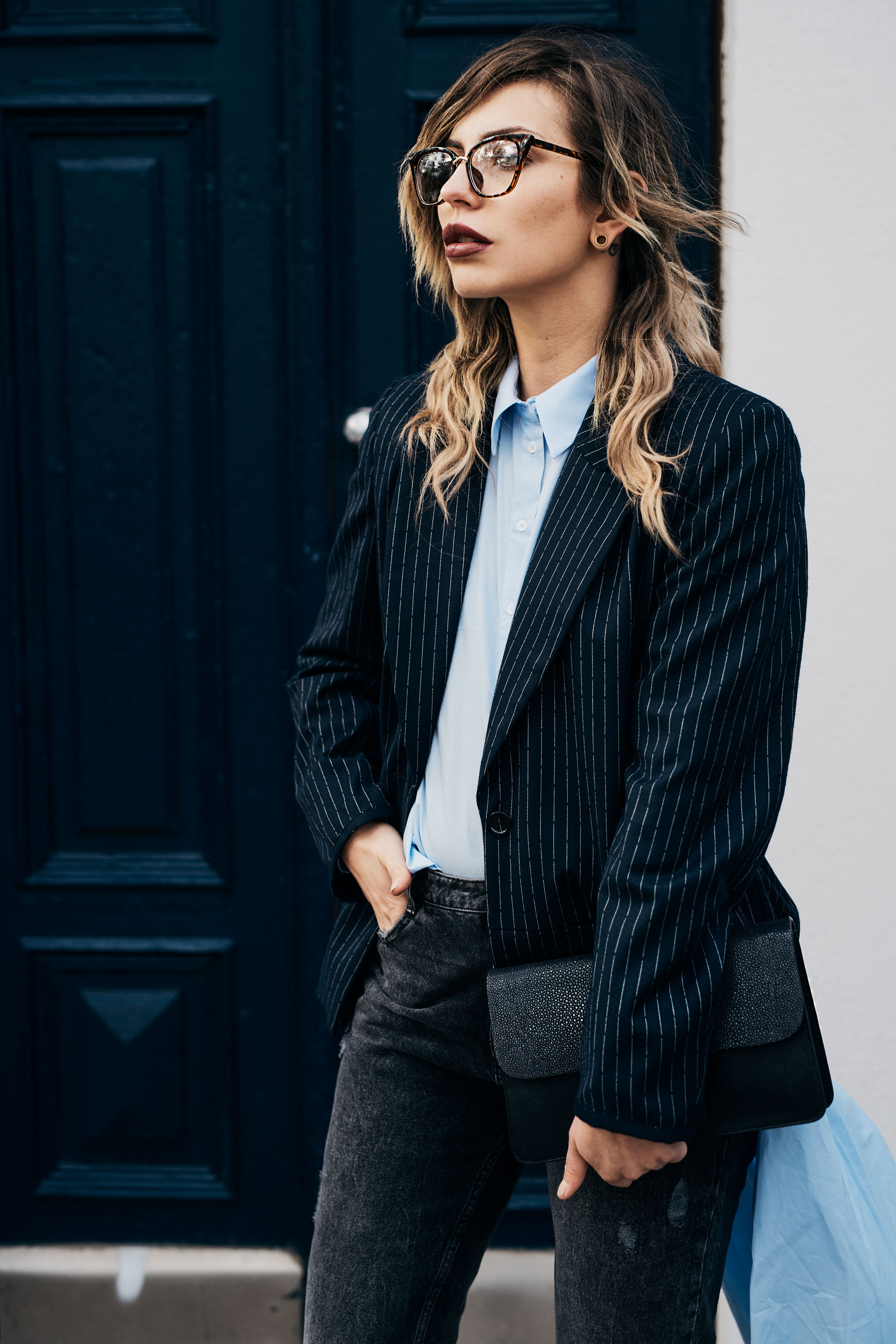 Street Style outfit | office, blue blazer, distressed jeans, edgy, Berlin, Zara