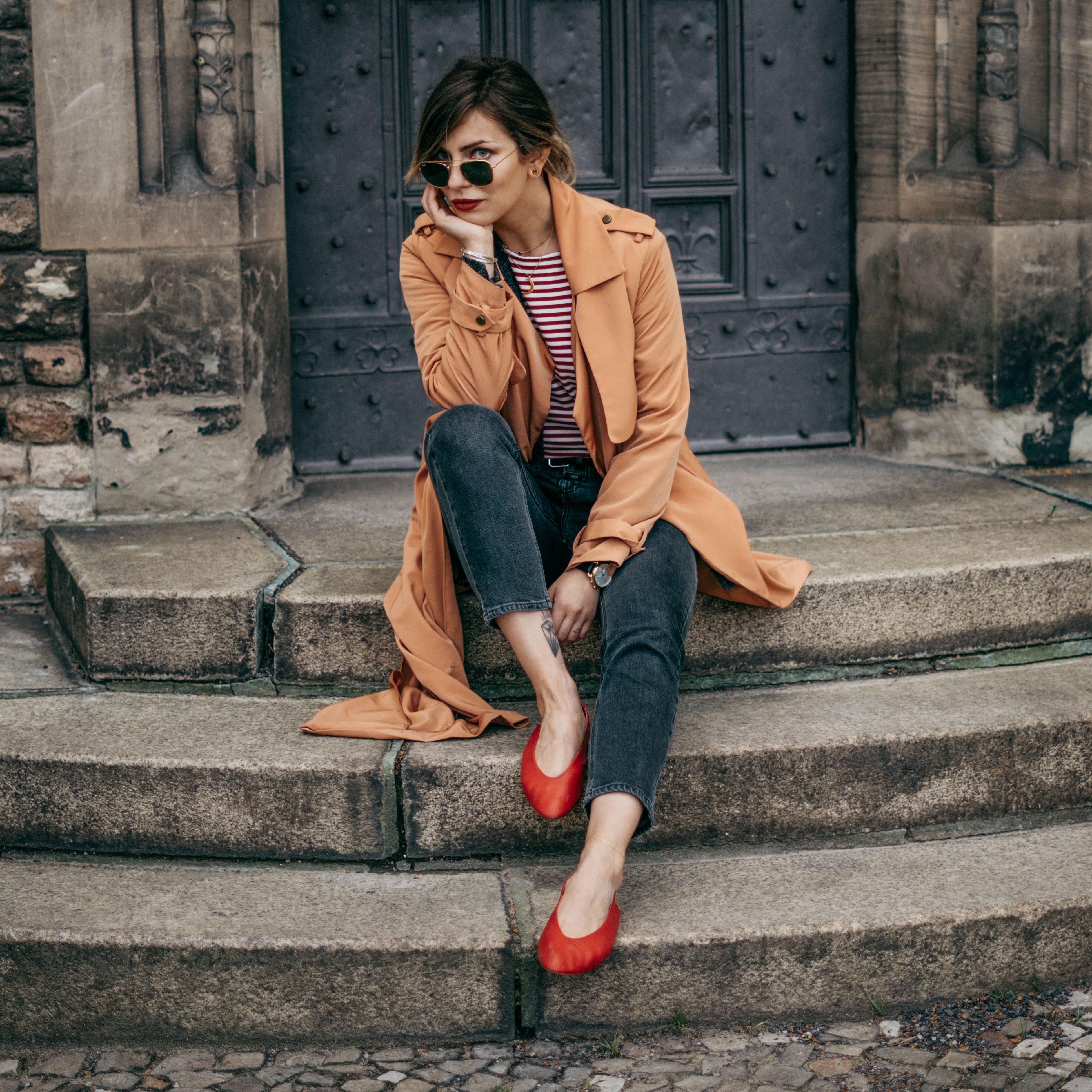 Повседневный образ в Берлине | уличный стиль: простой,  основной, синие джинсы, легкие, весна