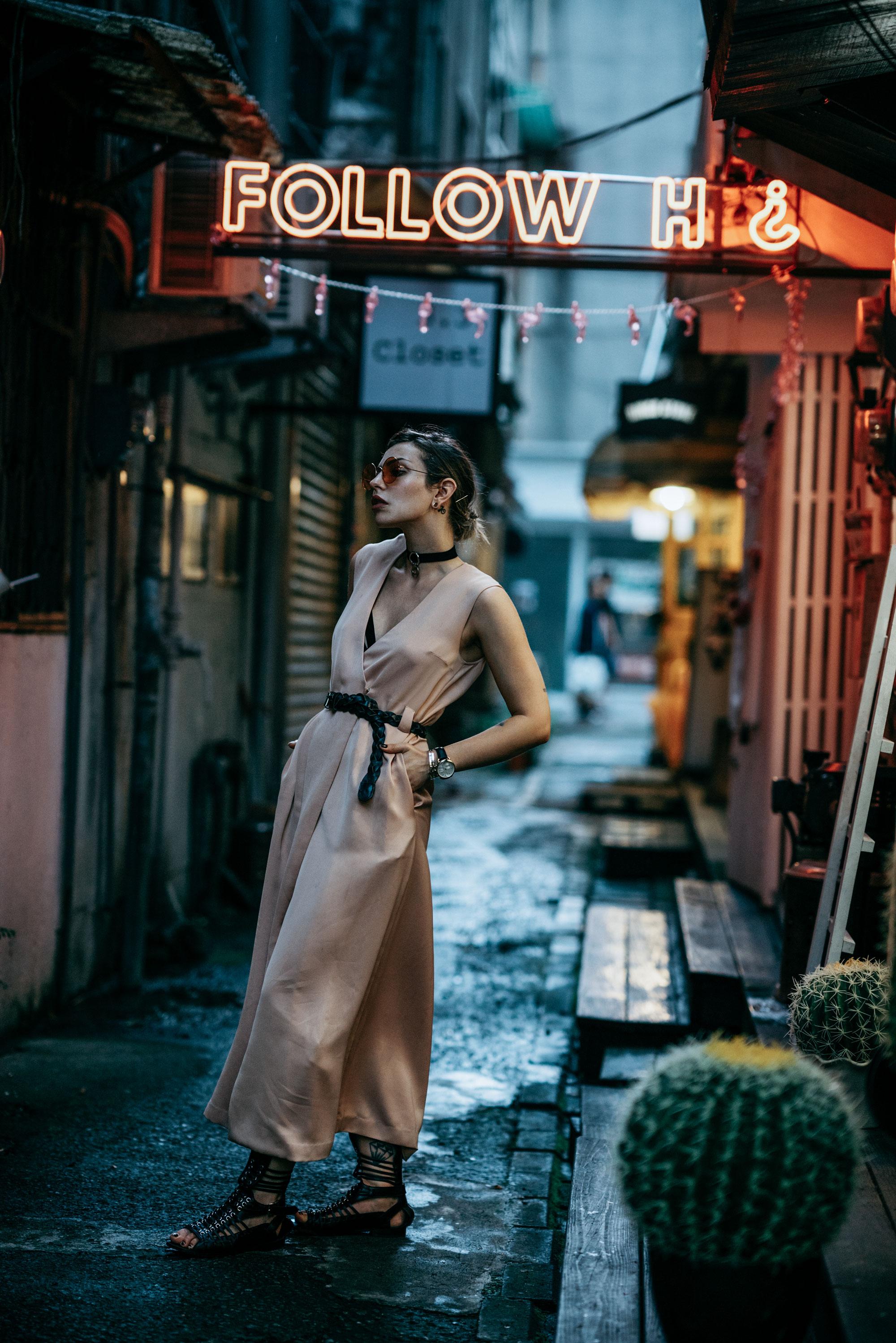 Outfit im Neonlicht | Asien, Taiwan, Taipei | Großstadt | Maxikleid von Day Birger et Mikkelsen | style: edgy, crazy, sexy, subkultur, Designer