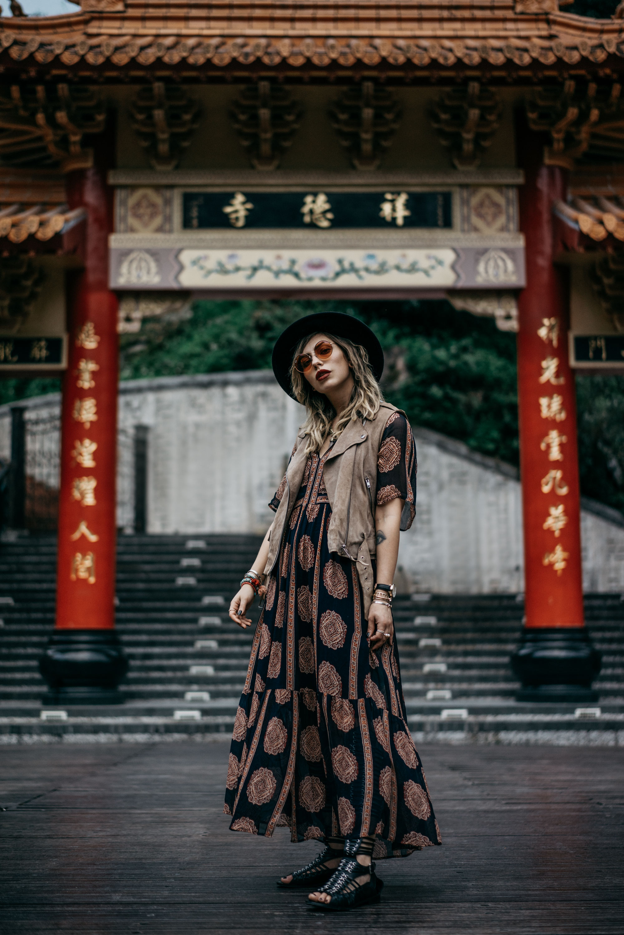 my trip in Taiwan | Taroko national park | temple | long maxi dress from Bash | sandals from Diesel Black Gold | chinese gate with characters | xiulin