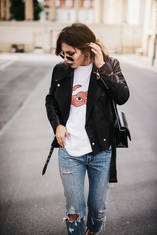 уличный стиль в Берлине | повседневный, основной, простой, джинсы и футболка | кожаная куртка | logo pumps with YSL heel