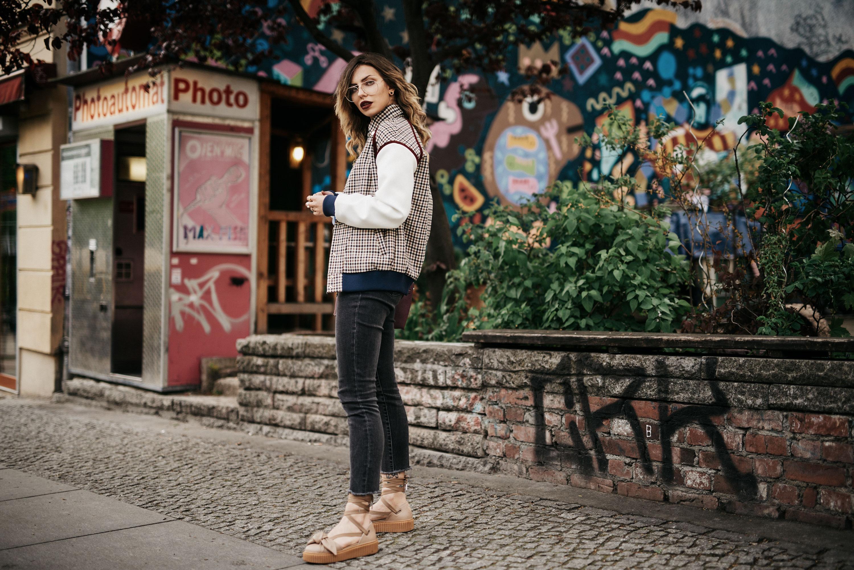 Kritik an Social Media: Warum mich die App traurig macht | Outfit: College Look | Bomberjacke mit Vichy Karo, Schuhe von Puma x Fenty, große Brille, blaue Bluse von Baum und Pferdgarten | Shooting Location: Photoautomat in Berlin