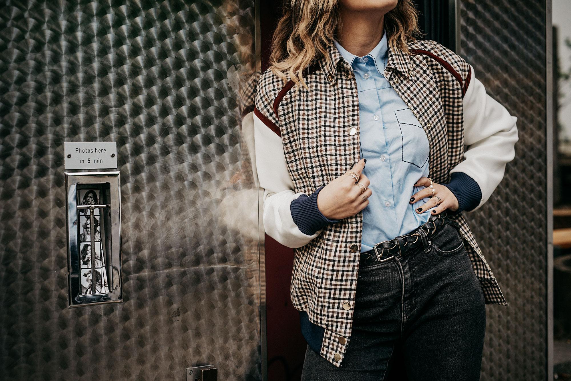 Kritik an Social Media: Warum mich die App traurig macht | Outfit: College Look | Bomberjacke mit Vichy Karo, Schuhe von Puma x Fenty, große Brille, blaue Bluse von Baum und Pferdgarten