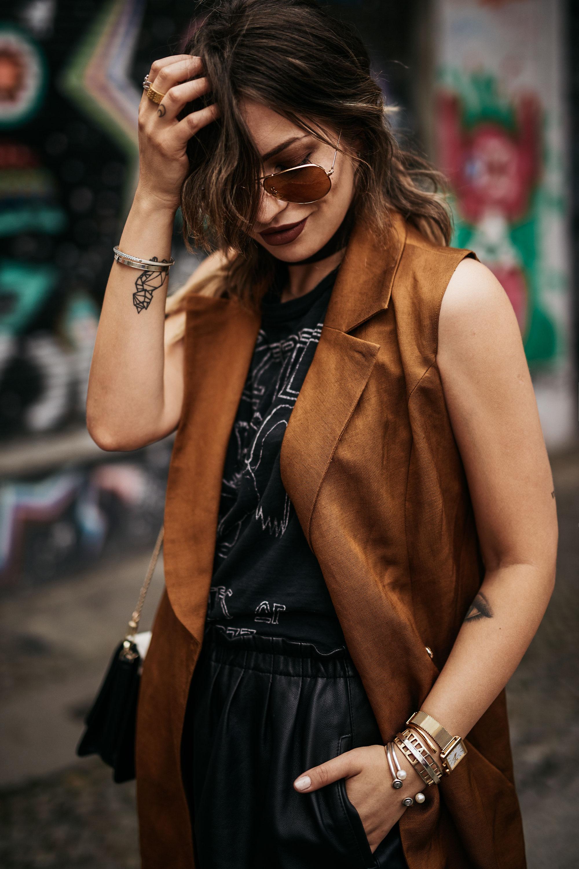Die Sorgen des Älterwerdens | Mode aus Berlin |Outfit Style: rockig, grunge, cool, party, alternativ, sexy | goldene Weste/Kleid von Undress, auffällige Sandalen zum Schnüren, Led Zeppelin Band Tshirt | Shorts aus Leder