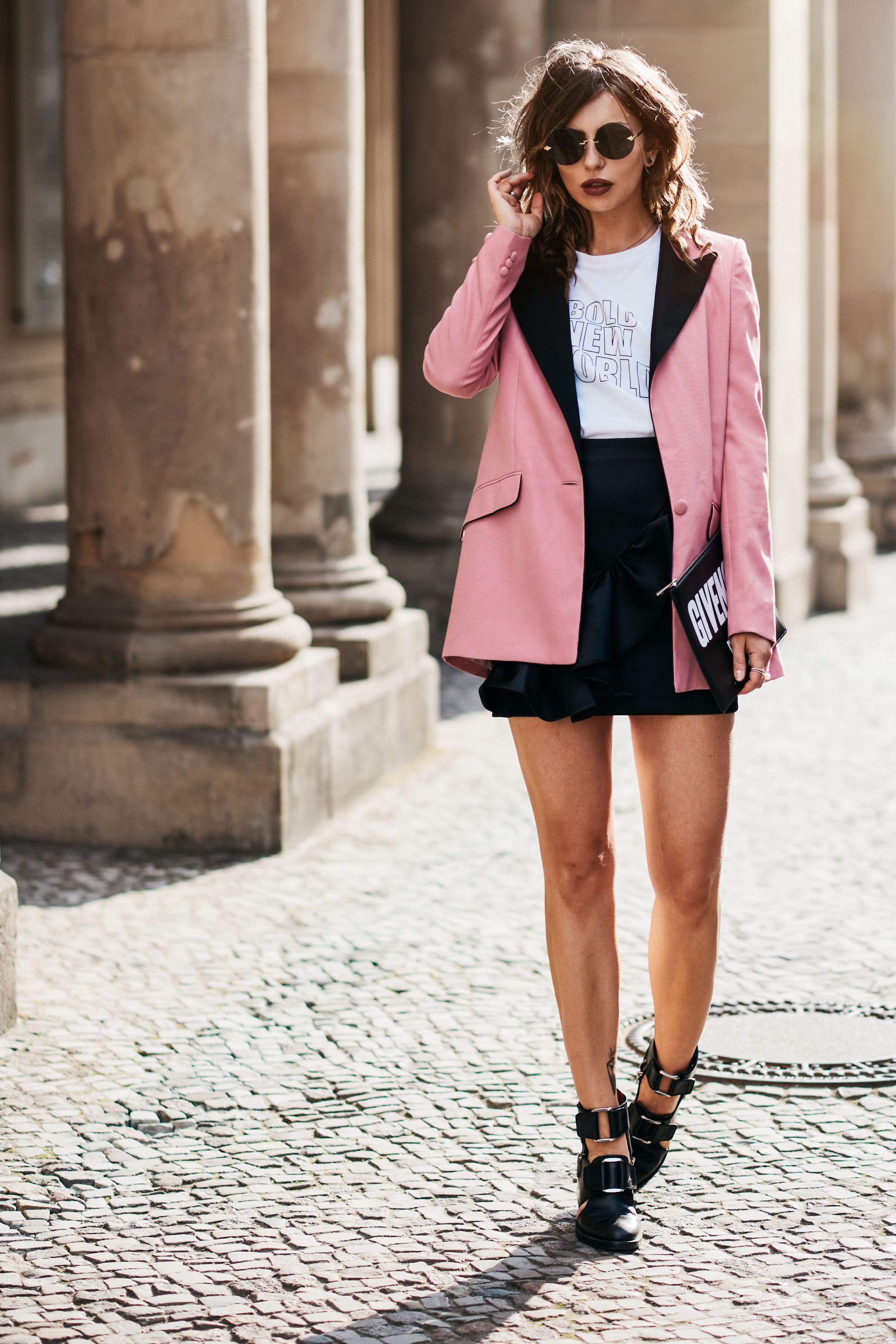 Outfit in Berlin | style: sexy, party, bold, pink, feminine, edgy, cool | pink Blazer from Hebe Studio, clutch from Givenchy, halboffene Boots von 3.1 Phillip Lim, Rüschenrock von H&M