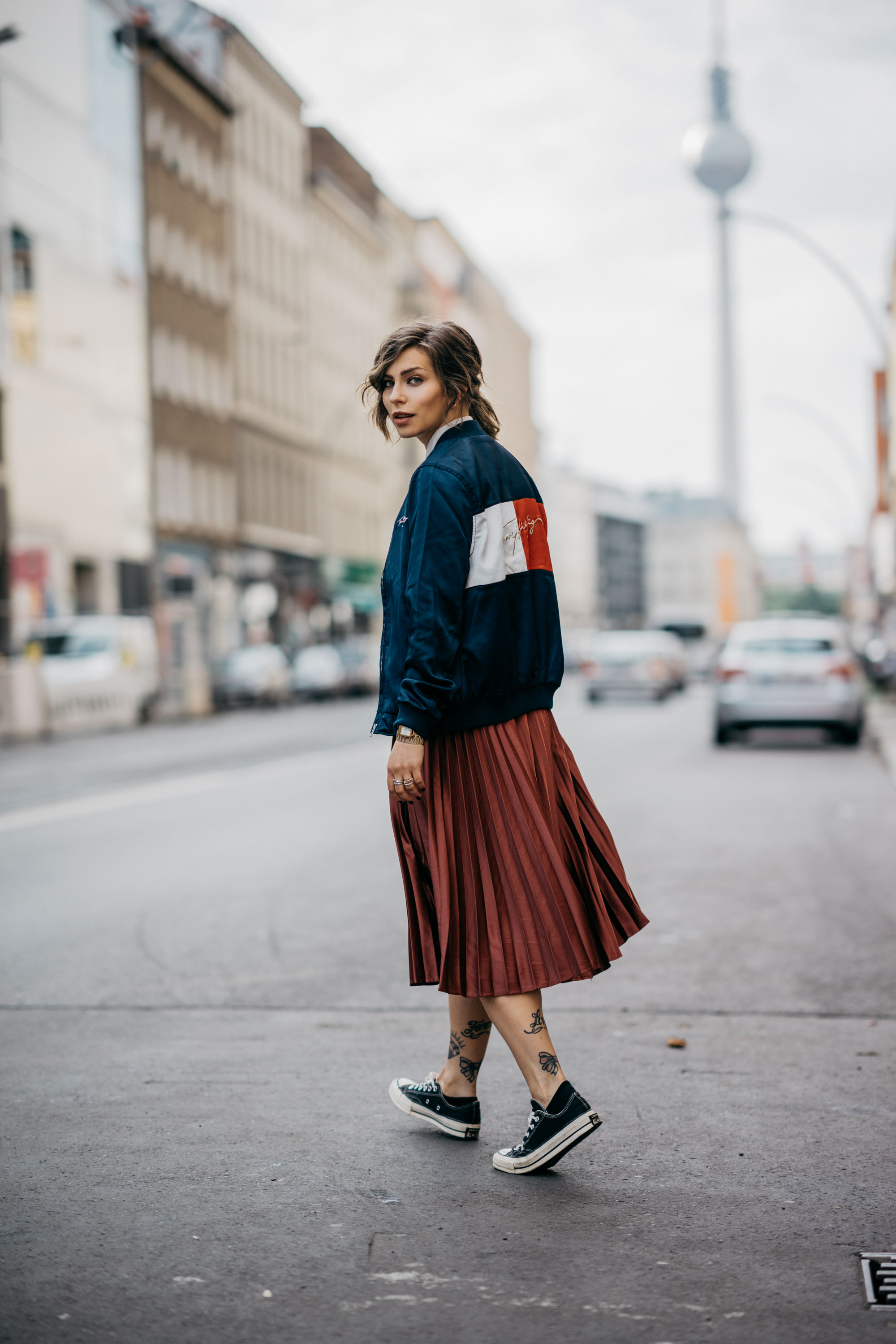 one of my daily outfits | midi skirt, chucks & bomber jacket from Tommy Hilfiger