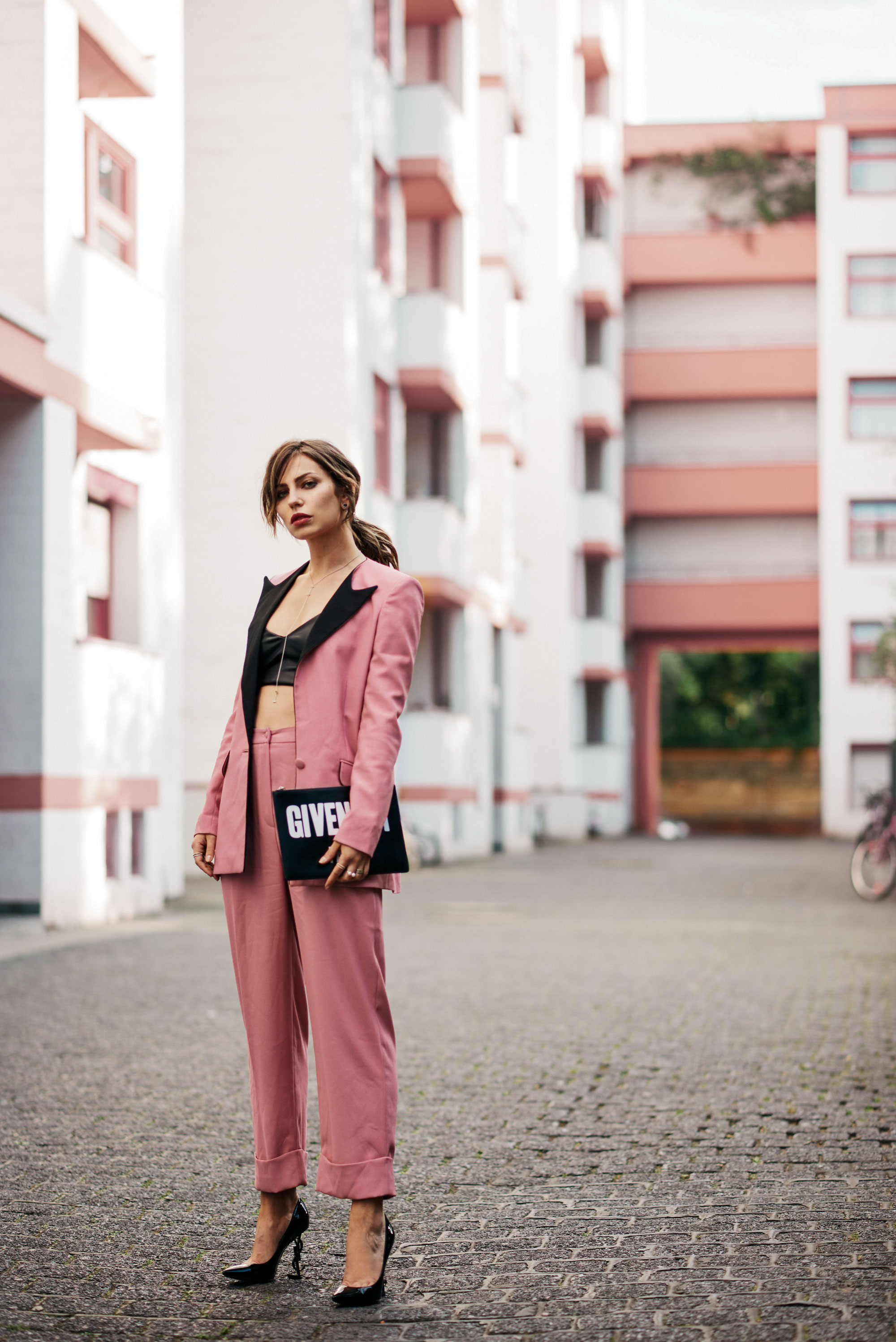 Was ist Millennial Pink? | Generation Y | Hosenanzug in Rosa, Pumps von YSL mit Logo und Givenchy Logo Clutch | #Girlboss | Blogger Editorial Shooting
