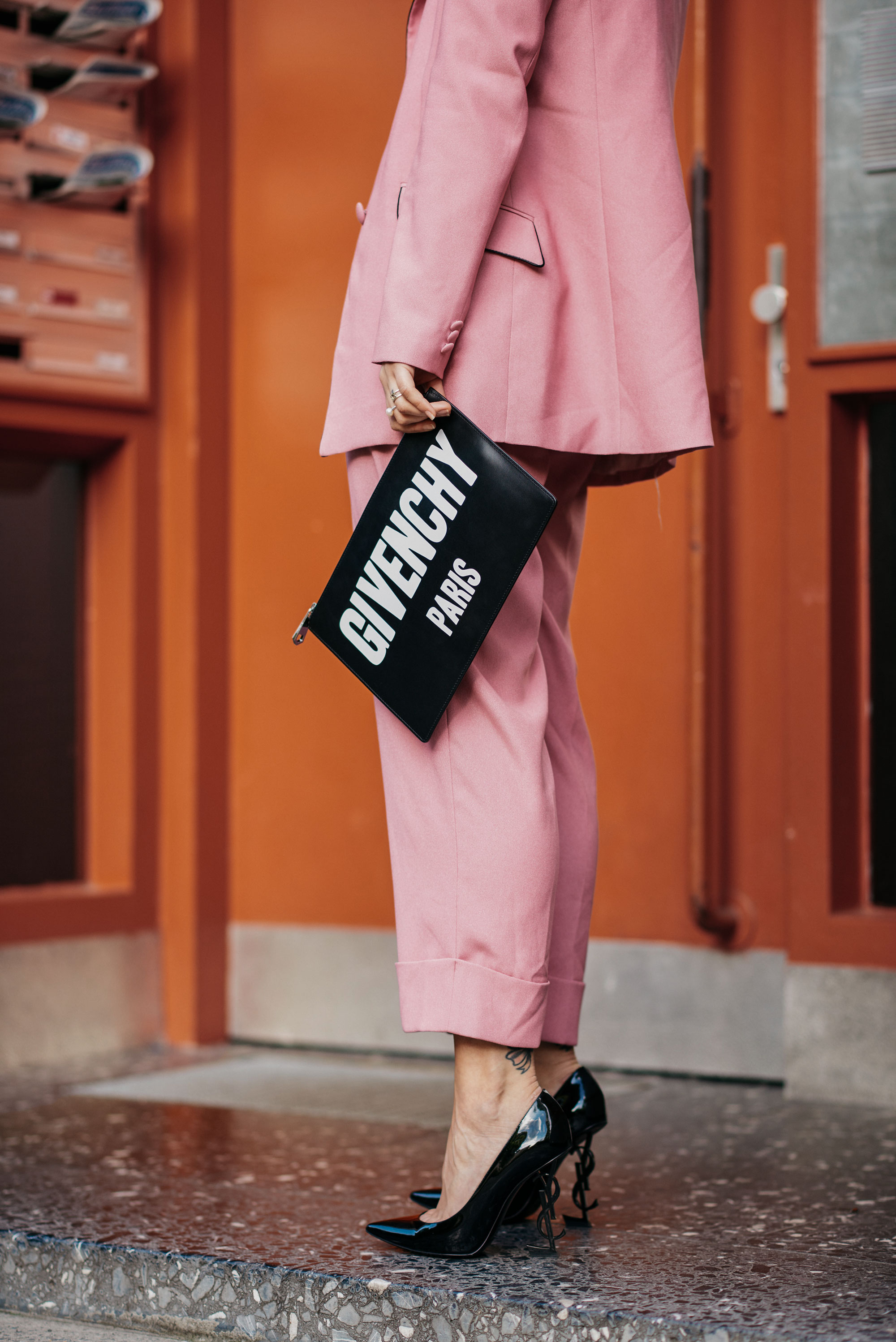 Что такое поколение вечно-розового? | Поколение Y| Hosenanzug in Rosa, Pumps von YSL mit Logo und Givenchy Logo Clutch | #Girlboss | Blogger Editorial Shooting