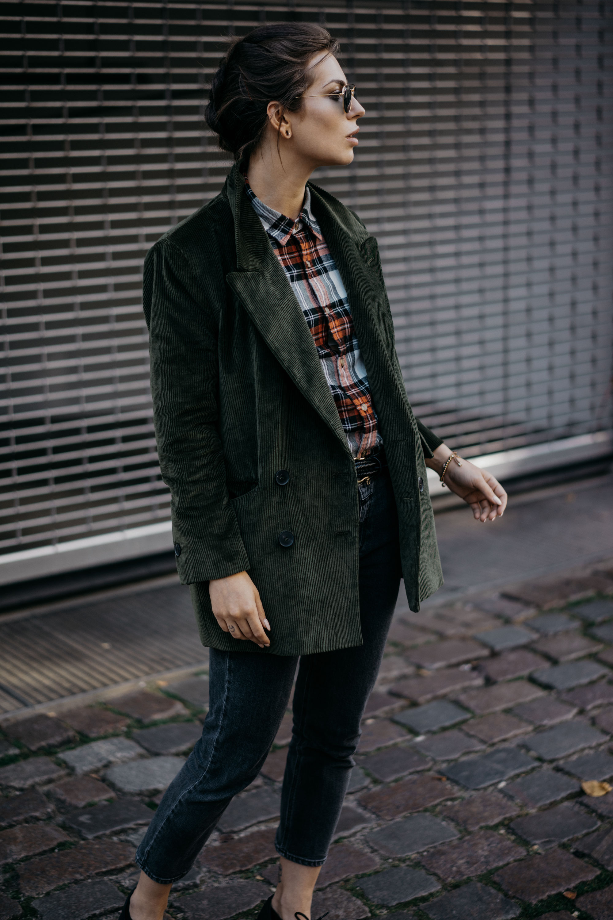 Autumn outfit | dark green cord blazer, checked shirt, grey jeans from Closed, flat shoes from Dr. Martens | style: casual, relaxed, sunday, winter, comfy, cosy, office