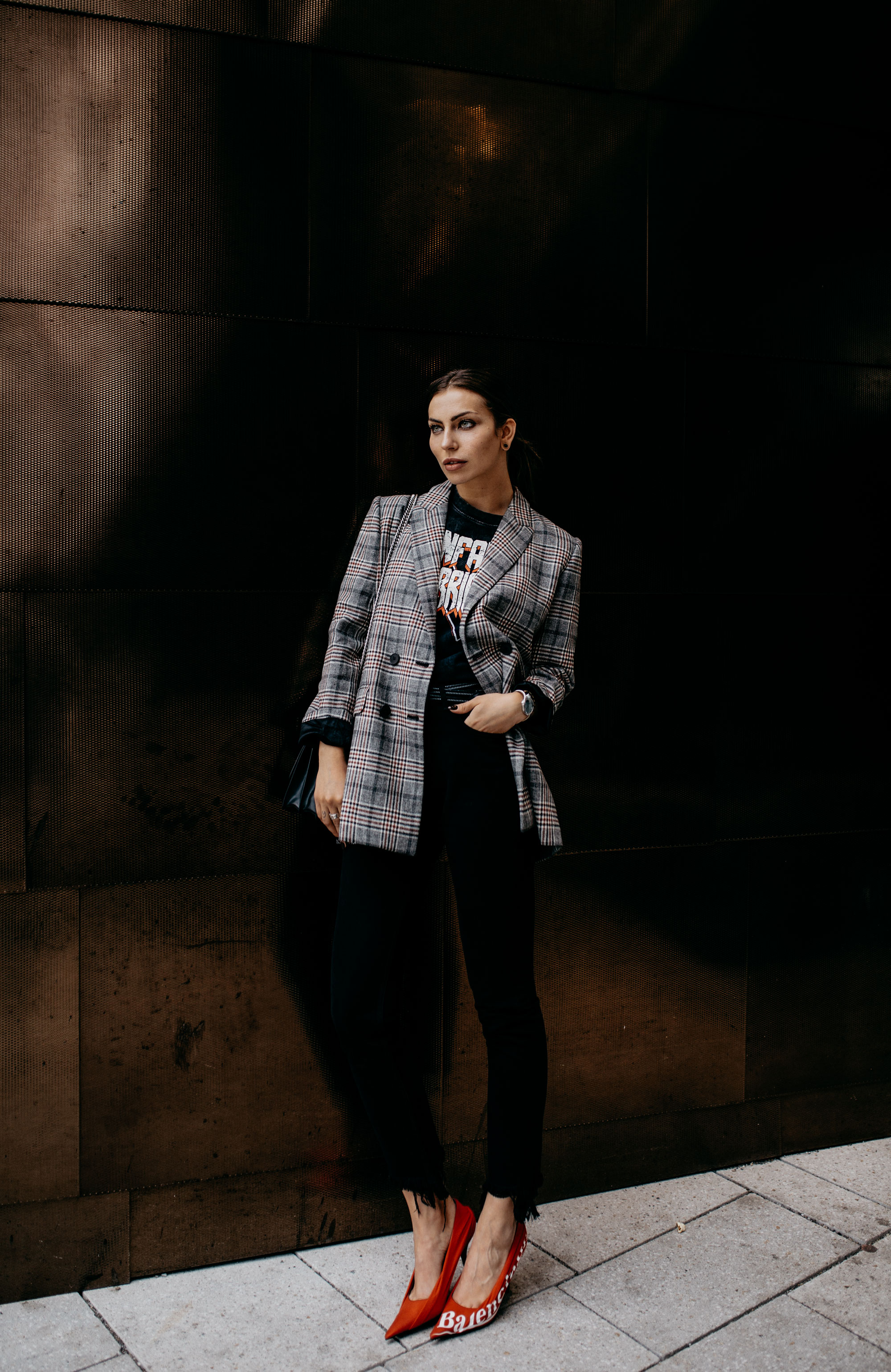Vogue Night in Breuninger in Stuttgart | Fashion & Outfit | style: elegant, cool, edgy, office, stylish | red pumps from Balenciaga, Band Shirt, checked blazer from Sandro and black jeans from mih | Masha Sedgwick & Lisa Banholzer from Blogger Bazaar | Matchalatte Podcast