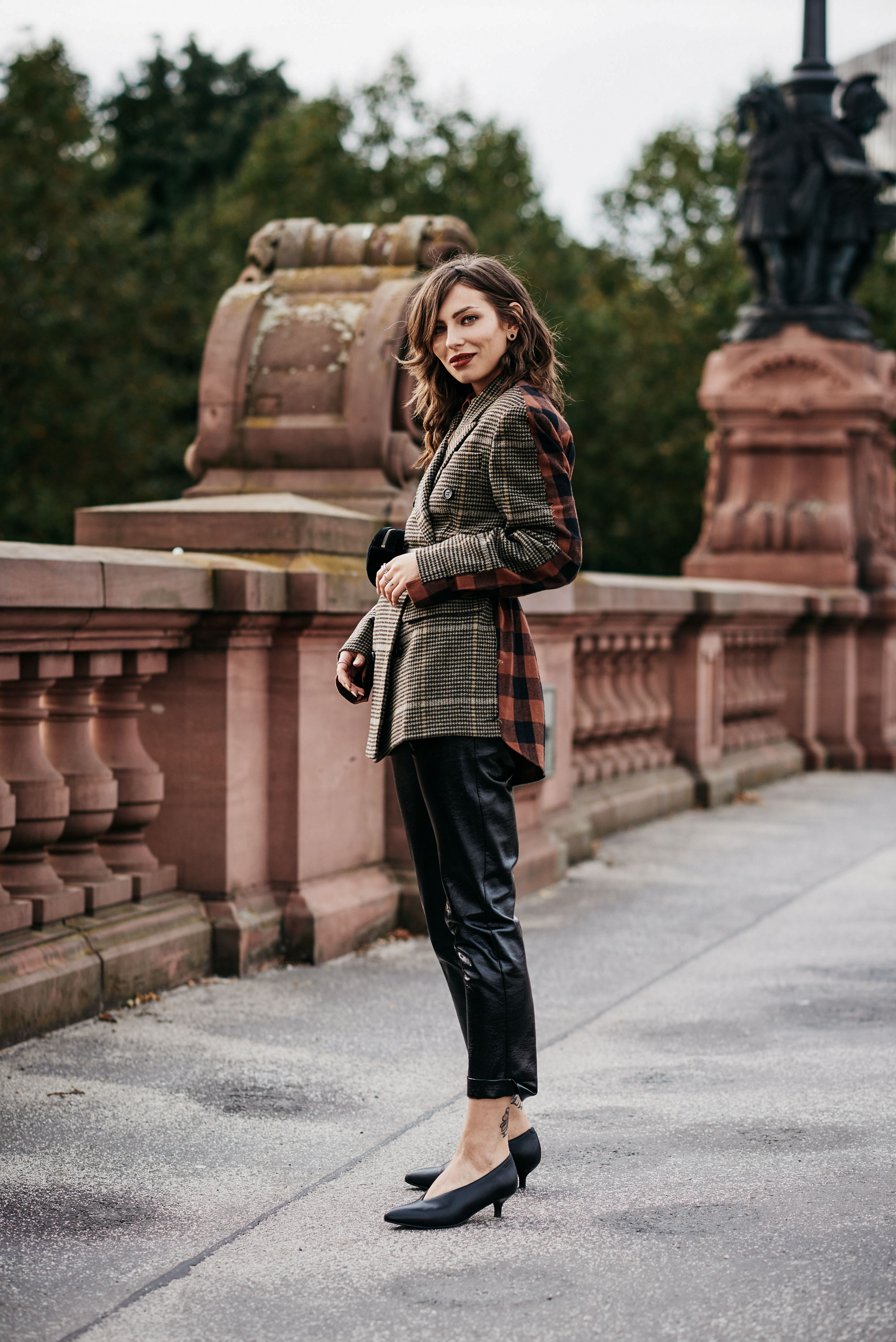 Fashion Blogger Masha Sedgwick from Berlin | style: parisien, french, elegant, edgy, cool effortless, autumn | AW17 | Blazer with two different pattern & Gucci belt bag | fanny pack