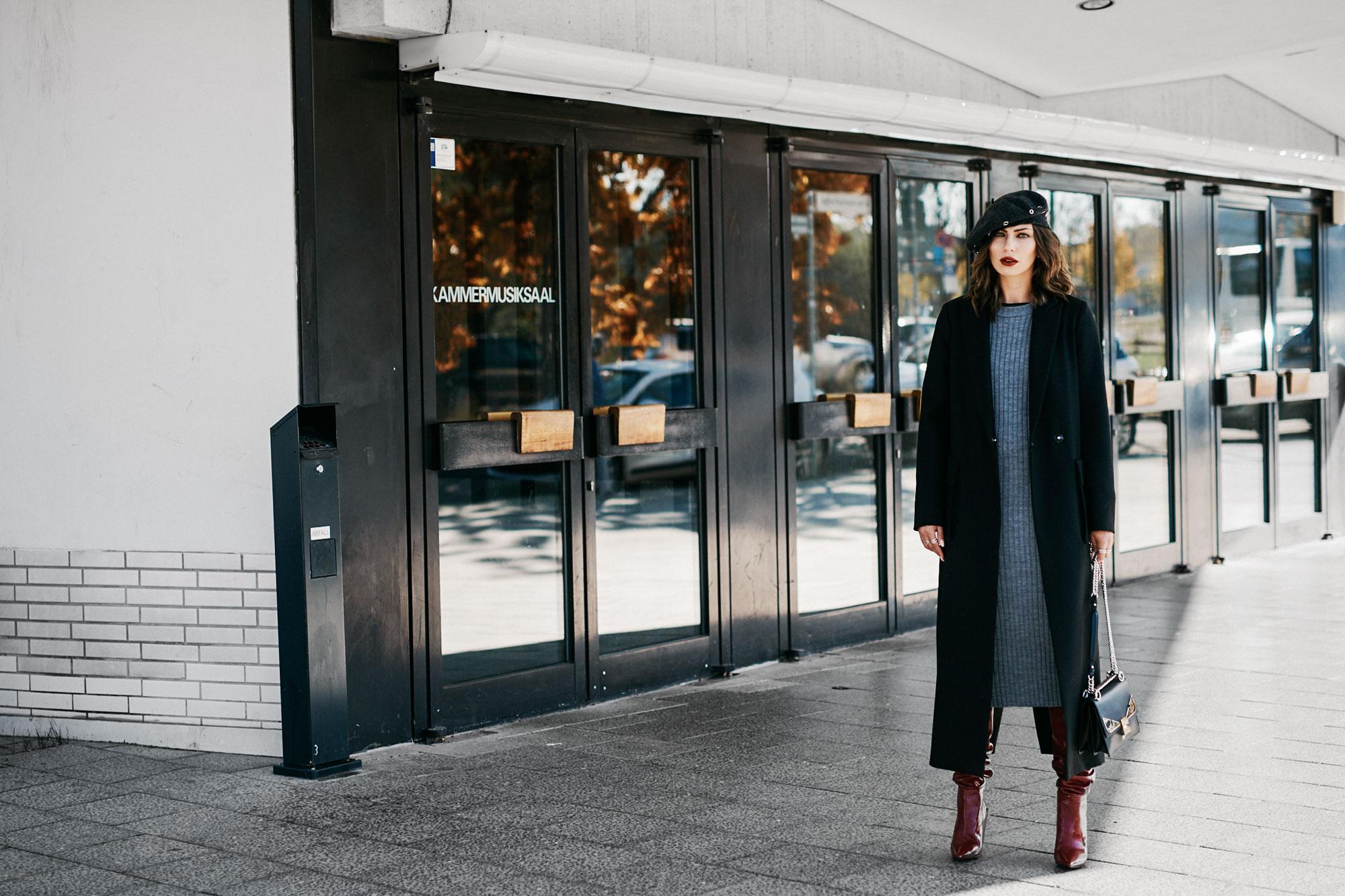 Outfit in Berlin | Herbst, Winter | style: elegant, rote Lack Stiefel von Zara, langes graues Strickkleid von Asos, langer Blazer Mantel von Lala Berlin | Kaufempfehlung | Shopping