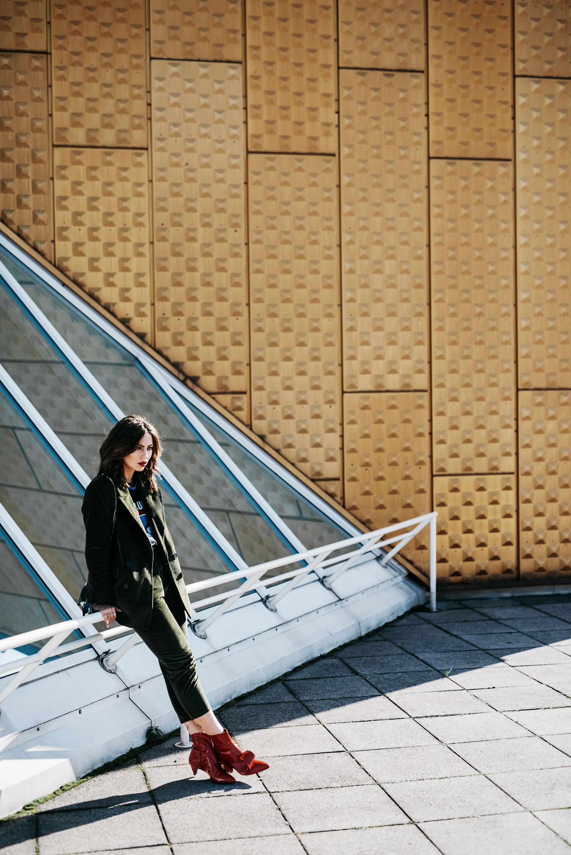 Outfit in Berlin | Herbst, Winter | style: cool, busines, Büro, stylisch, edgy, rote Lack Stiefel von AGL, Anzug aus Cord von Mango, cooles Bandshirt von YSL | Kaufempfehlung | Shopping