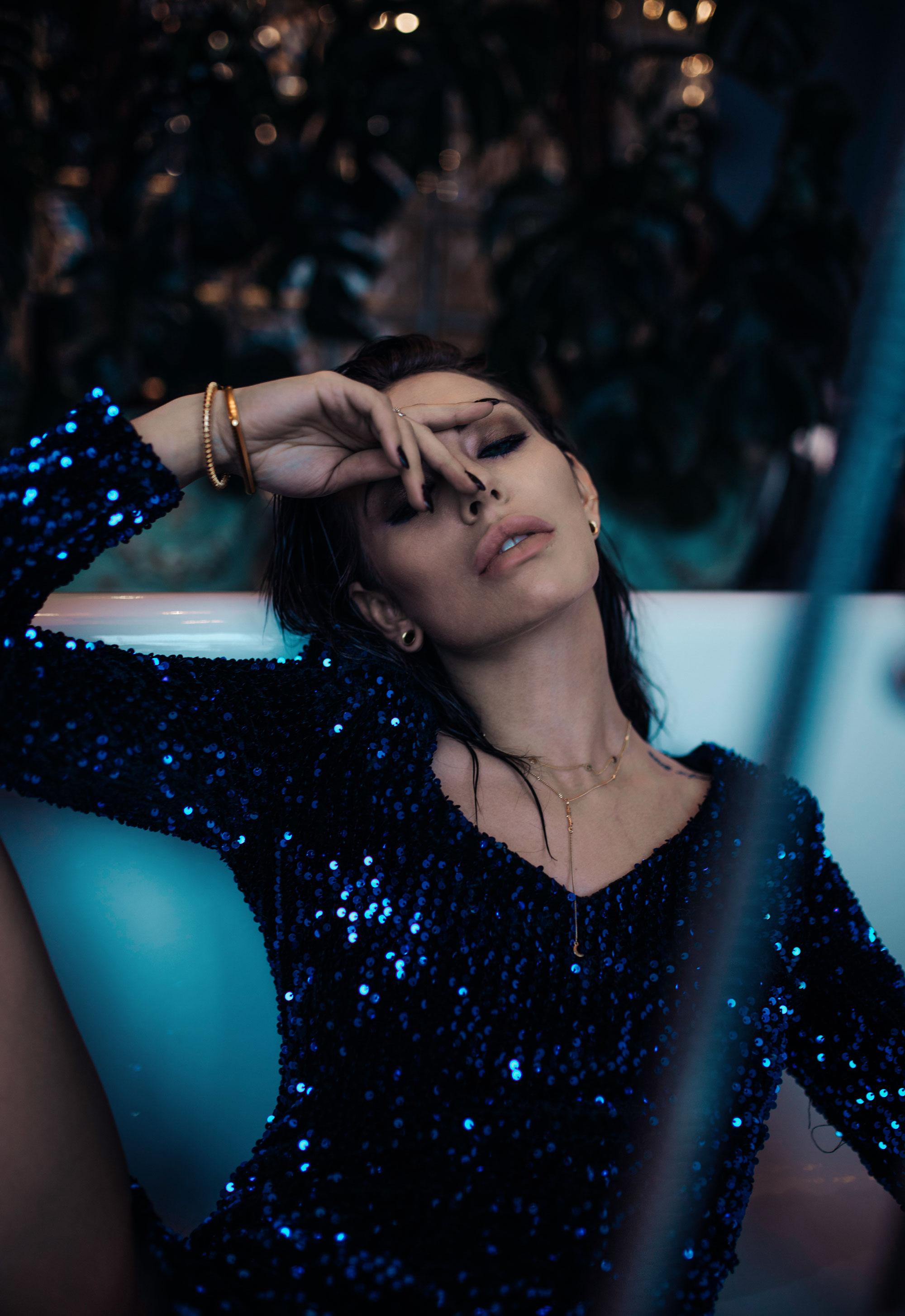 Festliche Kleider für Weihnachten und Silvester | style: glamour, sexy, festlich, party | Trend: Partykleid | Alle Kleider von Fashion ID | Editorial Shooting im Grand Ferdinand Hotel in Wien