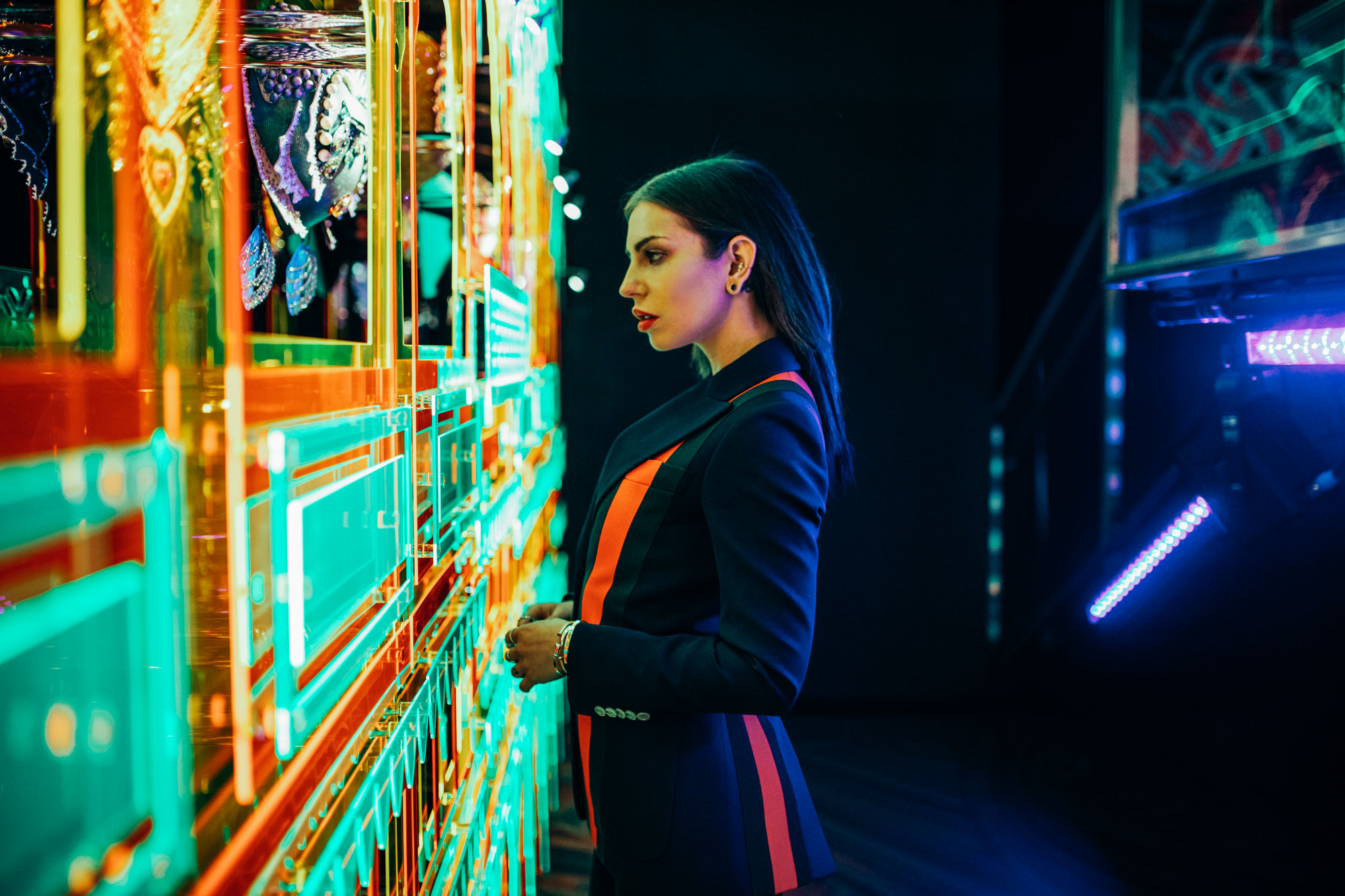 Swarovski Kristallwelten | Zweiteiler von Gucci | Editorial Mode Shooting | bunt, farbenfroh, Leuchtreklame, Neon Röhren, Lichtspiele, Party, Neonlicht, Schwarzlicht, Drogen, Clubsterben, Generation Y & Z