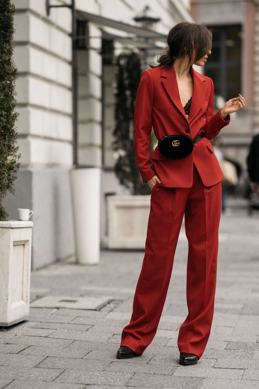 Street Style in Berlin | AW17 | Outfit | Mode | Zweiteiler in rot: Mango, Gürteltasche von Gucci | elegant, schick, büro, sexy | Chef, Boss, Girlboss | Anzug für Frauen