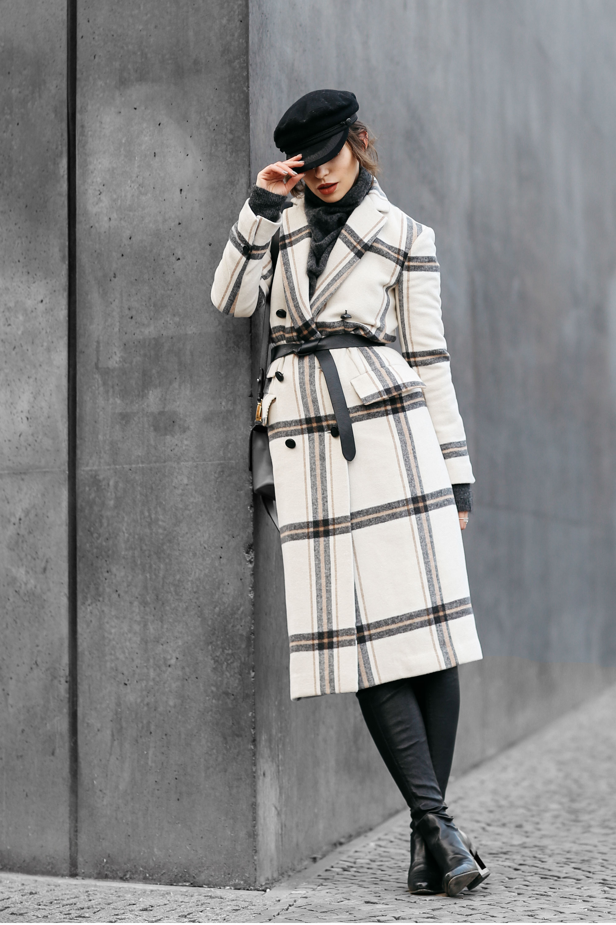 Street Style in Berlin | AW17 | Outfit | Fashion | coat: By Malene Birger | elegant, chic, checked | Autumn | Winter | Prada Ribbon Tasche