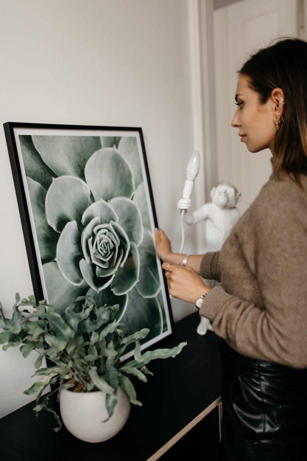 Wie hänge ich Bilder auf? | Poster Store | Hängung | Galerie | Petersburger Hängung | Nachhaltigkeit | Berlin Mitte | Naturposter | Gutschein | posterstore | kunst günstig kaufen