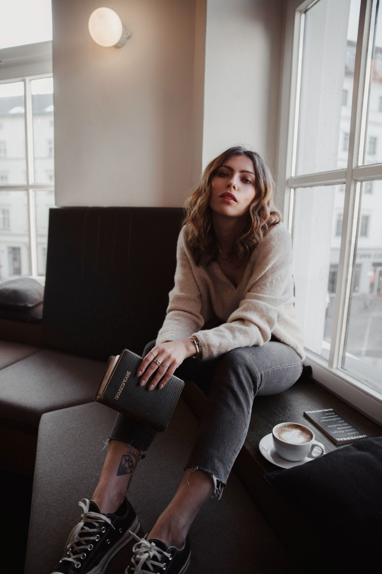 Masha Sedgwick drinking coffee in cafe & co working space St. Oberholz in Berlin Mitte | style: relaxed, comfy | Sunday column