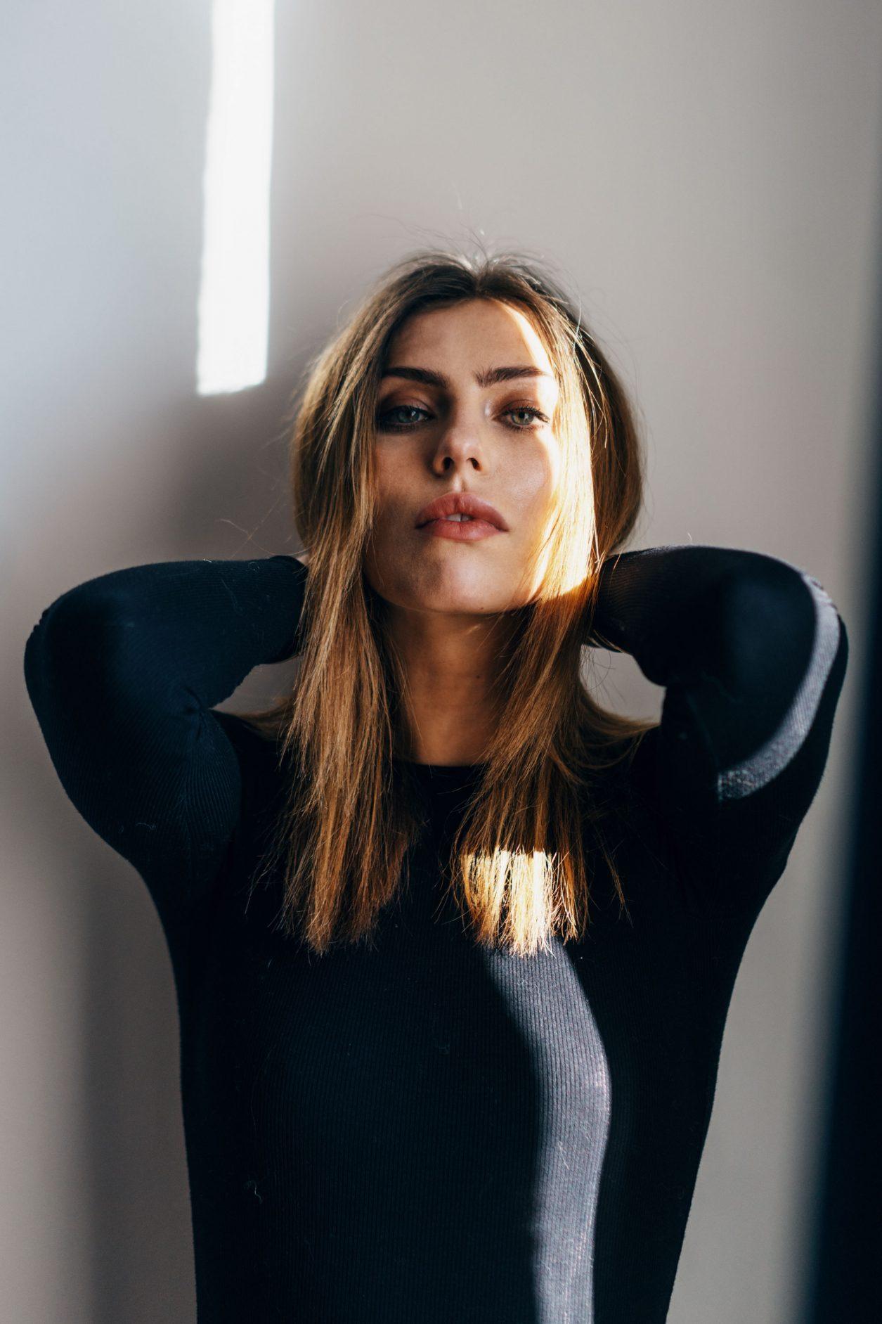 Портреты настроения с игрой света и тени | Маша Седжвик | чистый, простая студия